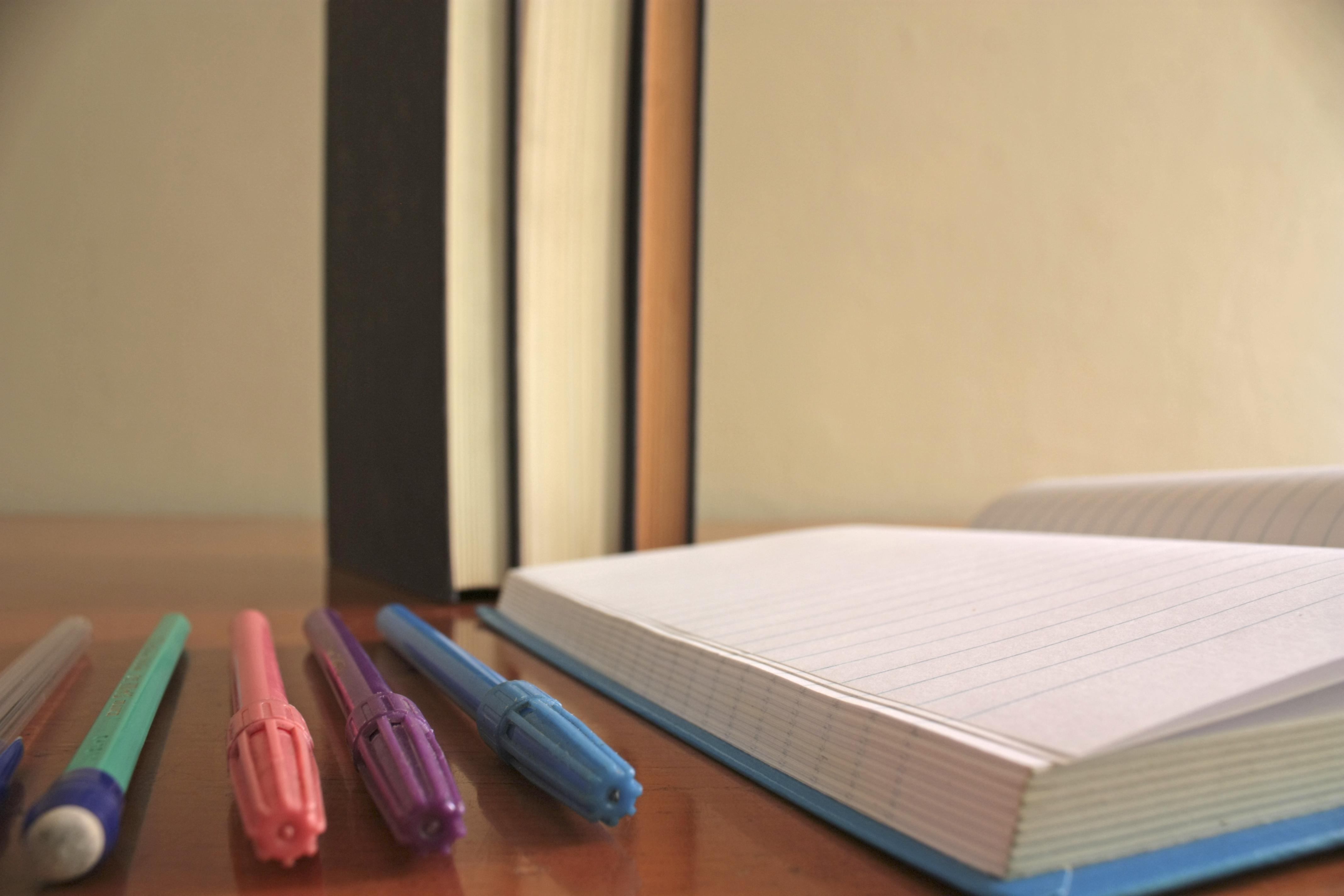 Fotos gratis : cuaderno, mesa, mueble, habitación, papel, diseño de ...
