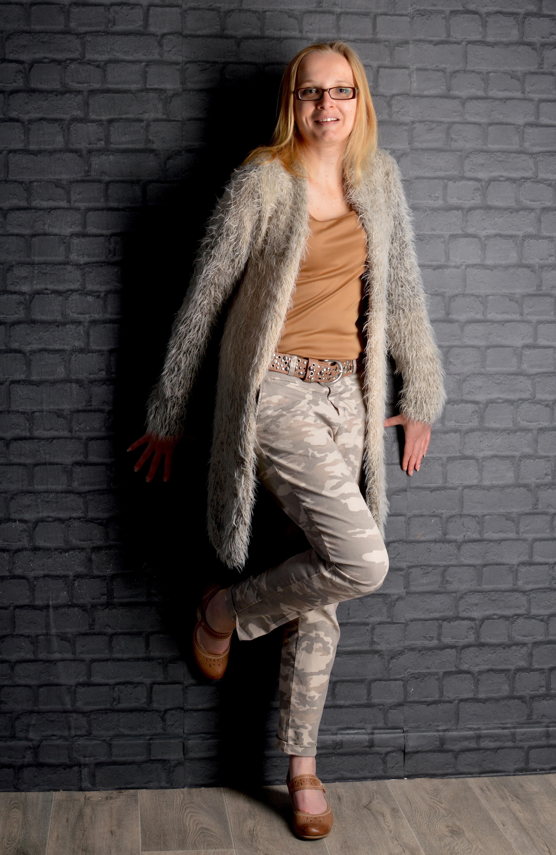 5b9cc237b31 Gratis billeder : åben, kvinde, læder, pels, sorgløs, model, slap af,  balance, mode, frihed, tøj, overtøj, materiale, tekstil, lykkelig, fodtøj,  skønhed, ...