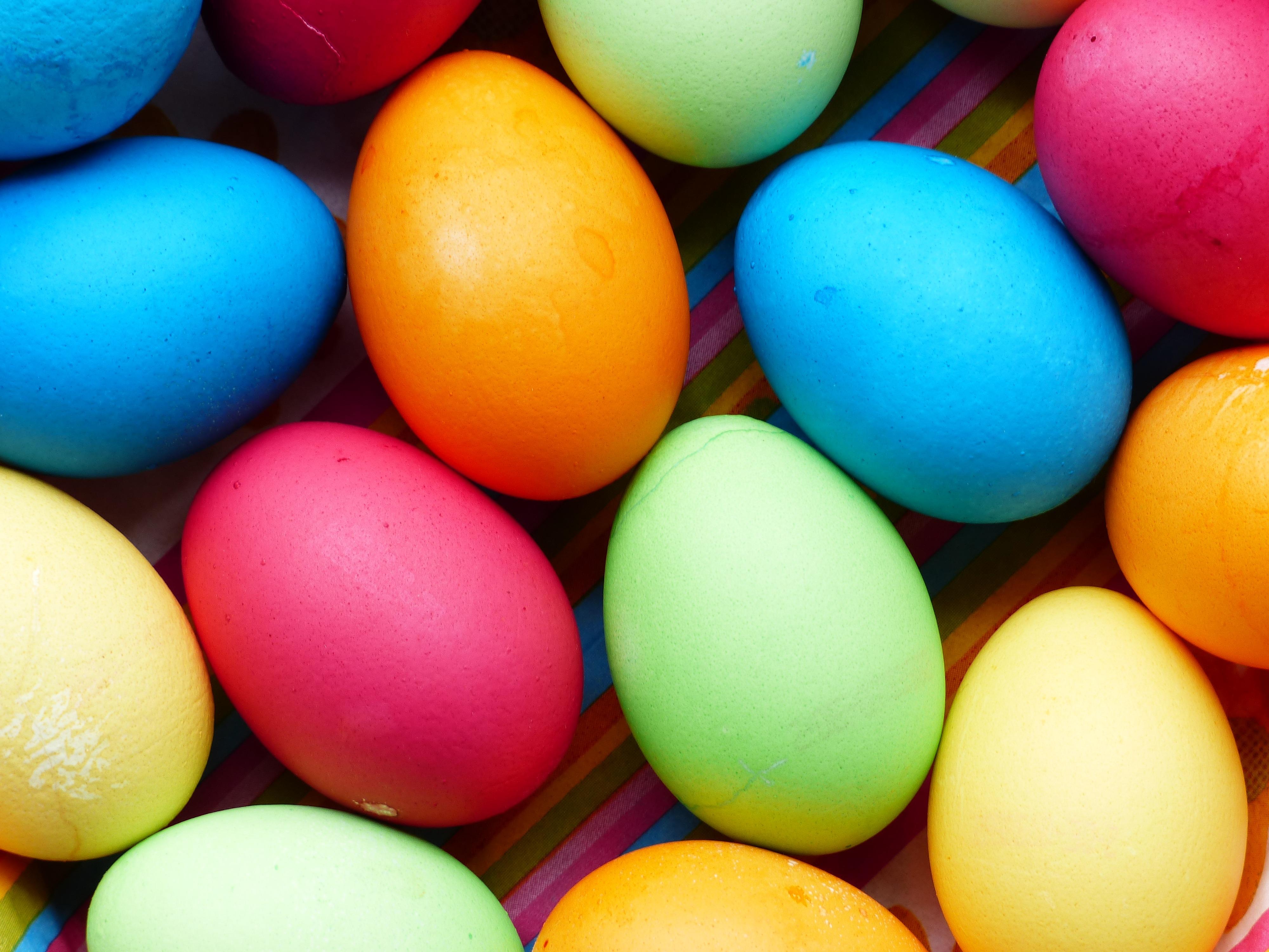how to get freerange eggs yellow colour