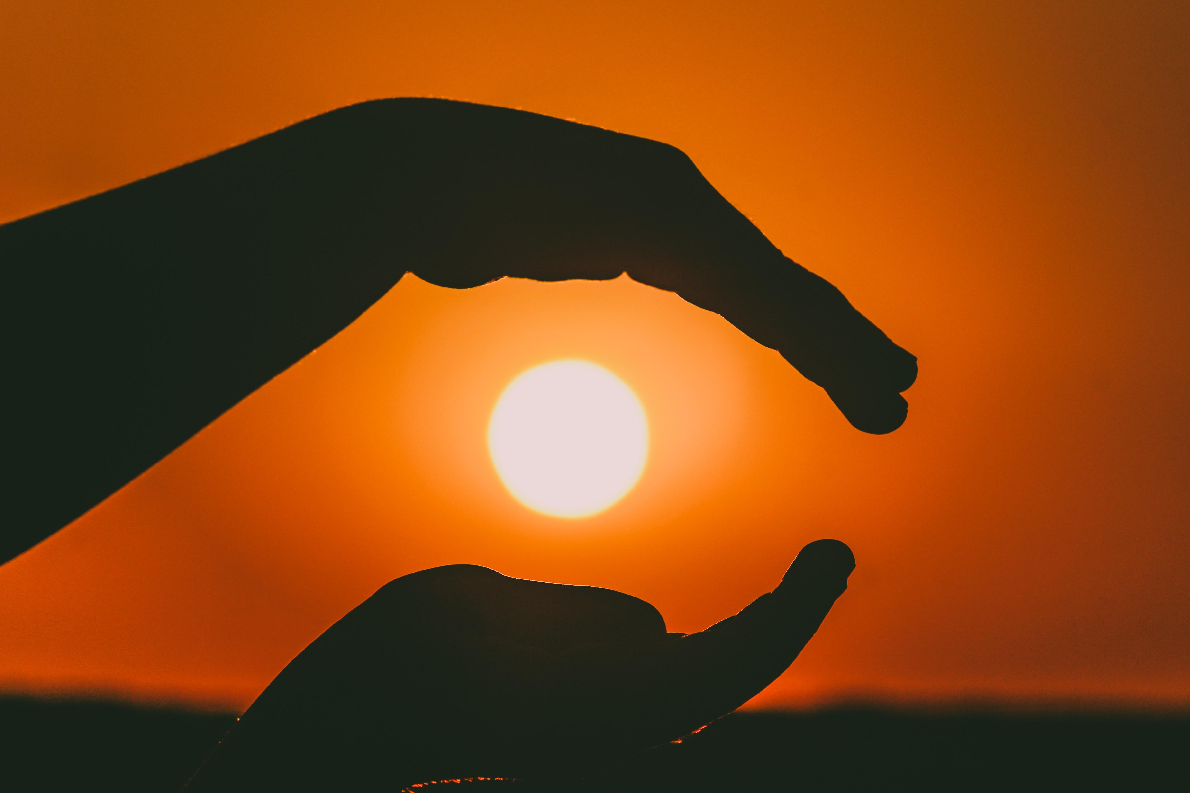 Картинка руки и закат