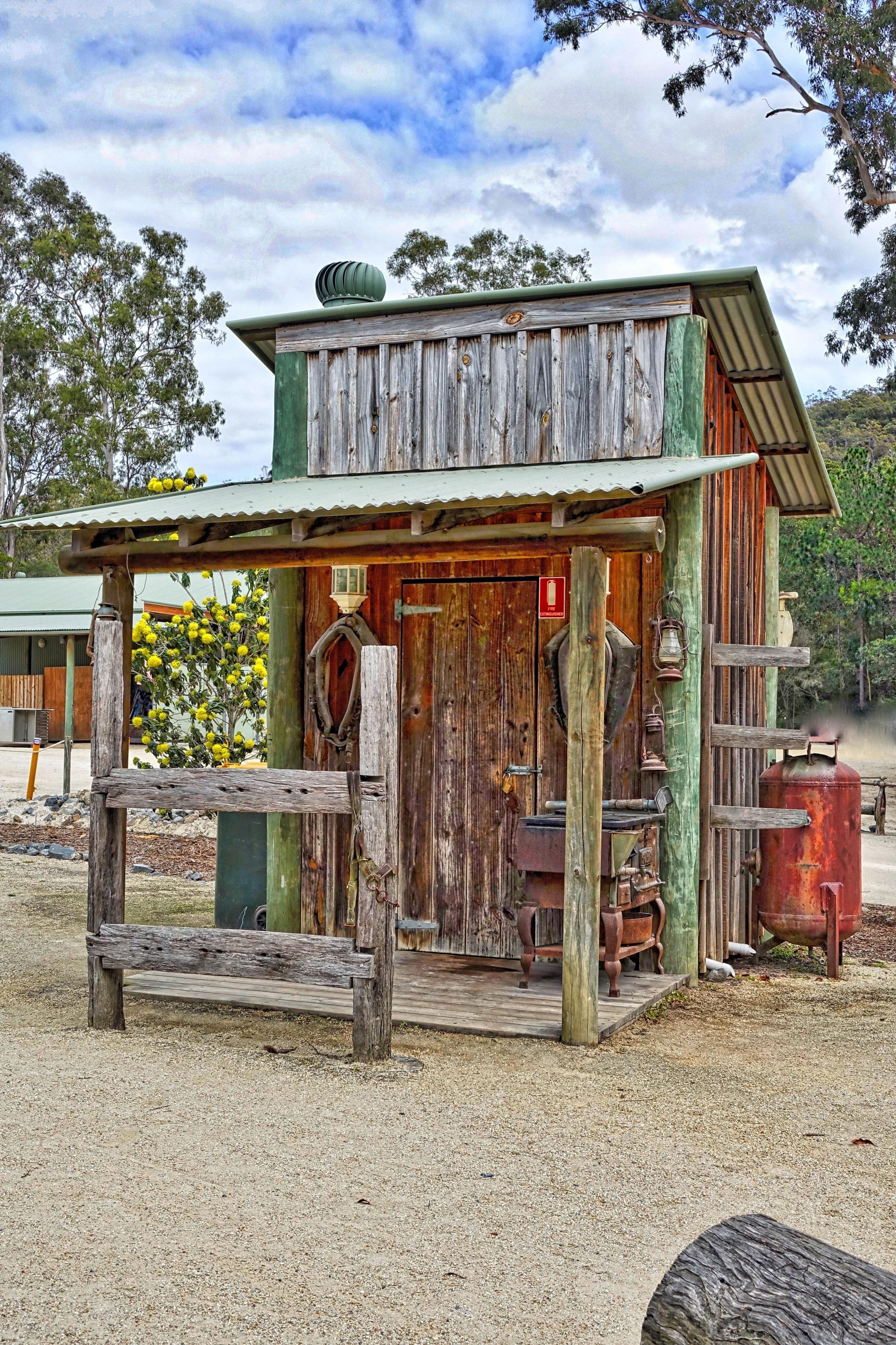 Gambar Outdoor Arsitektur Rumah Gudang Pondok Gubuk Toilet