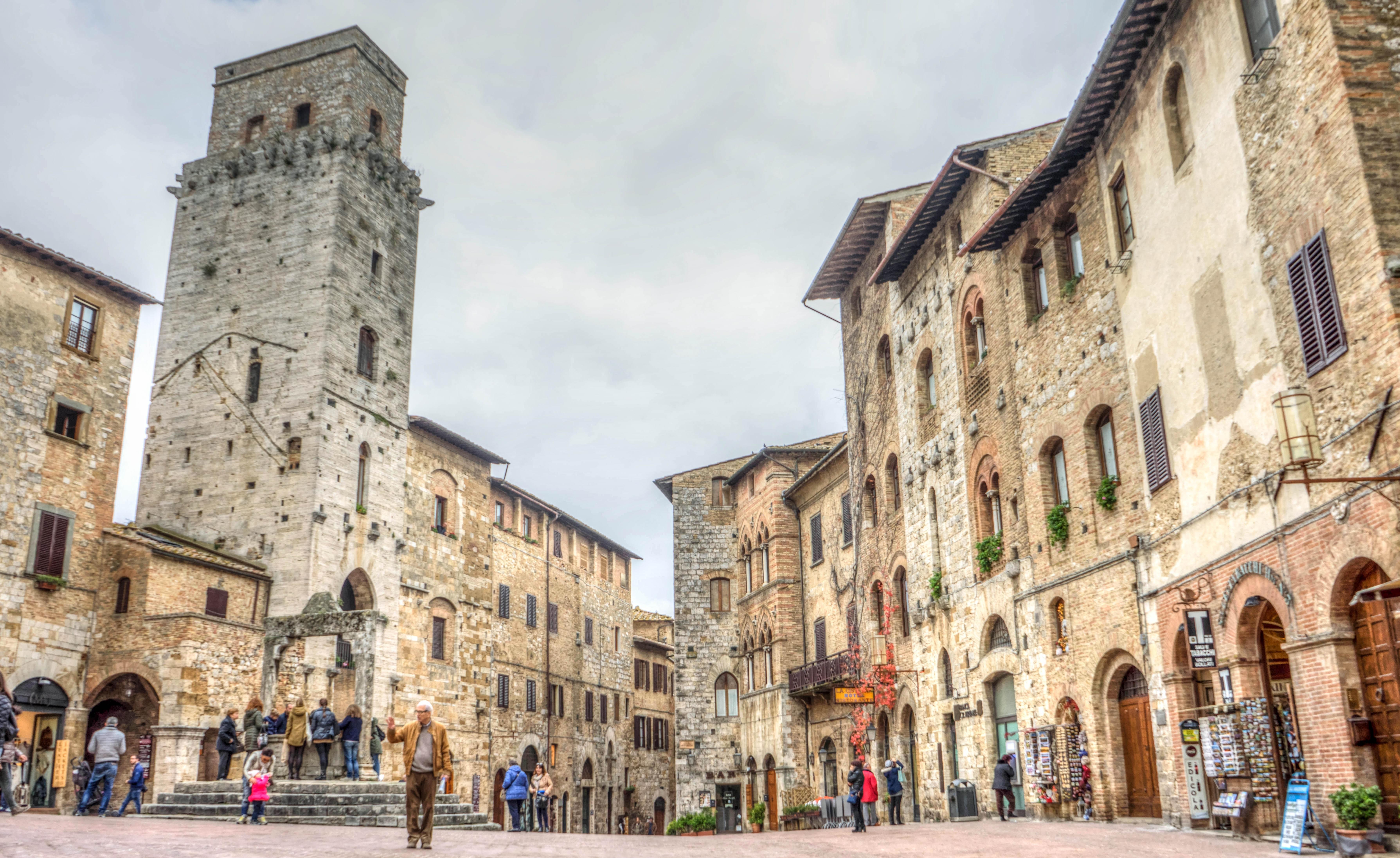 просто яркий фото средневековой площади в италии считают