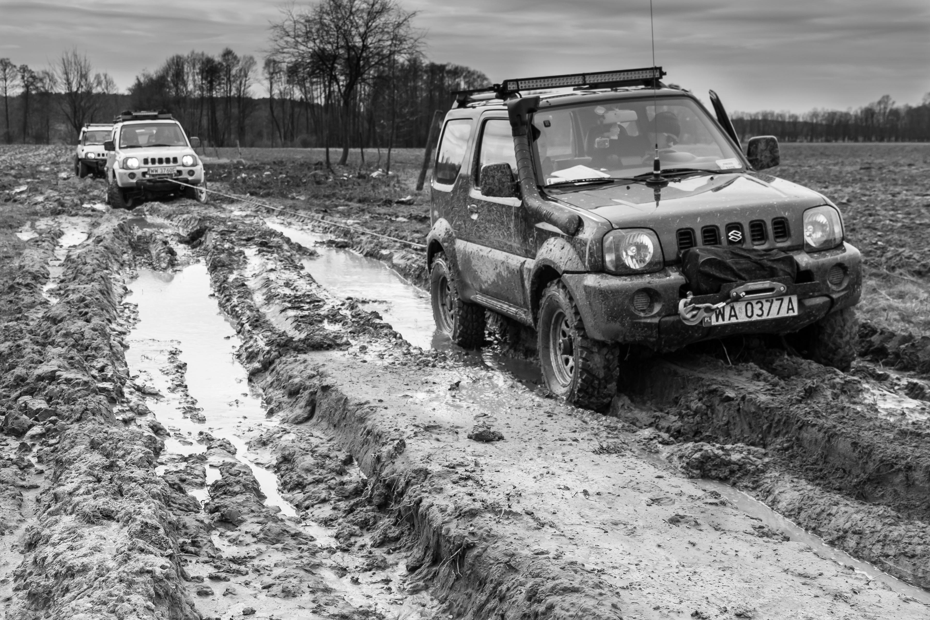 Kostenlose Foto Draussen Schwarz Und Weiss Auto Rad Abenteuer Jeep Fahrzeug Schmutz Schlamm Einfarbig Extrem Terrain Reifen