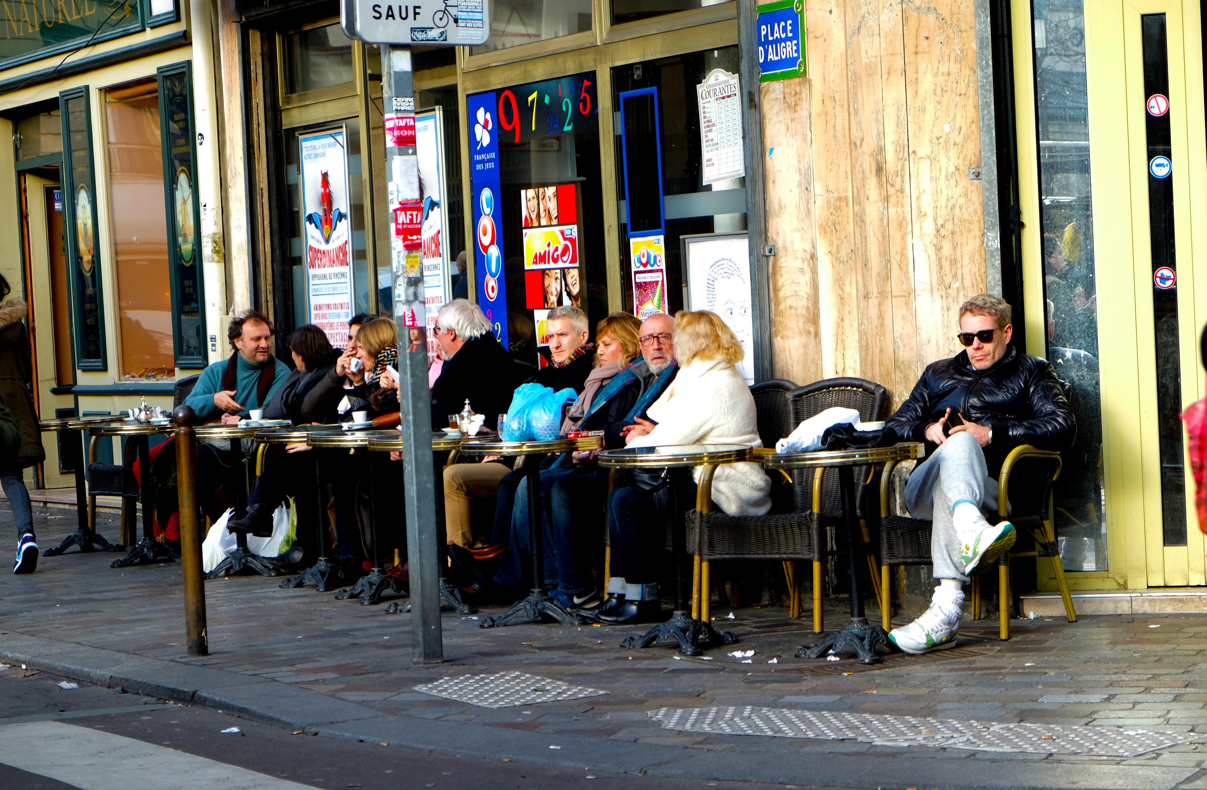 Курящие французы на улицах парижа фото