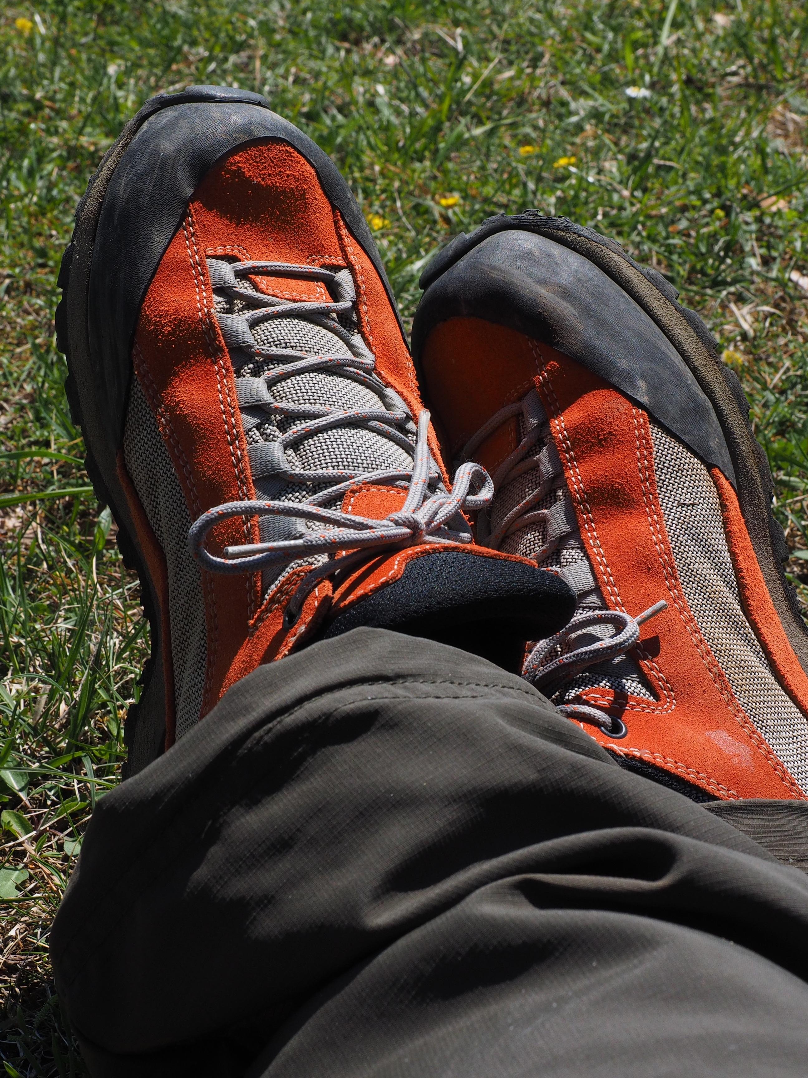 premium selection 4d8ea 38390 Images Gratuites   de plein air, chaussure, cuir, aventure, Orange, rouge,  du repos, loisir, asseoir, chaussures de randonnée, baskets, Lacets, Pause,  ...
