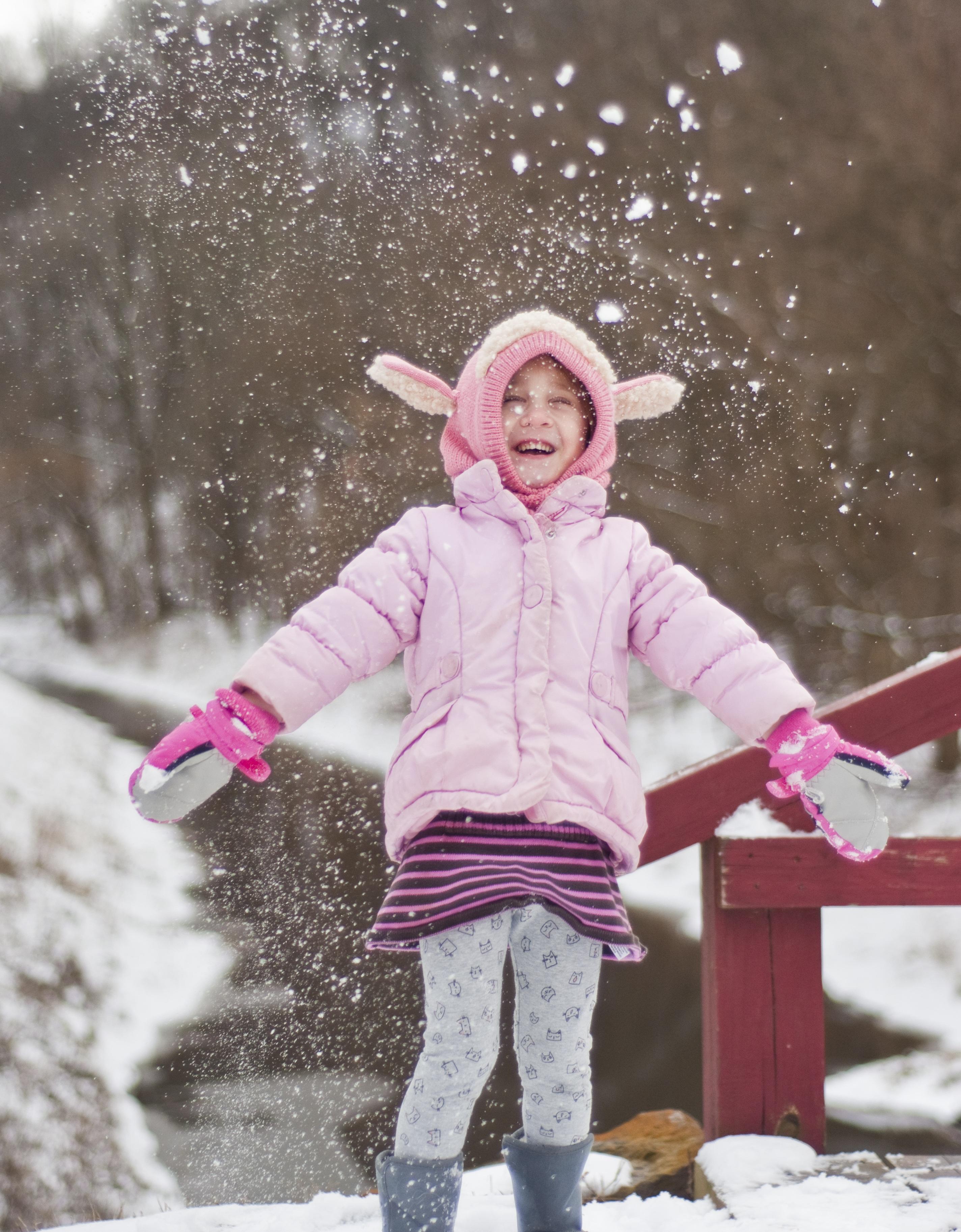 Fotos gratis : al aire libre, nieve, frío, invierno, niña, jugar ...