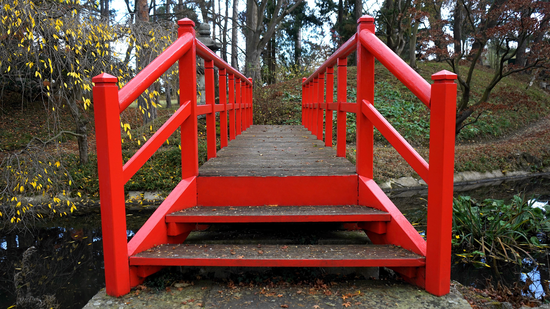 Fotos gratis : camino, césped, puente, flor, silla, río, rojo ...