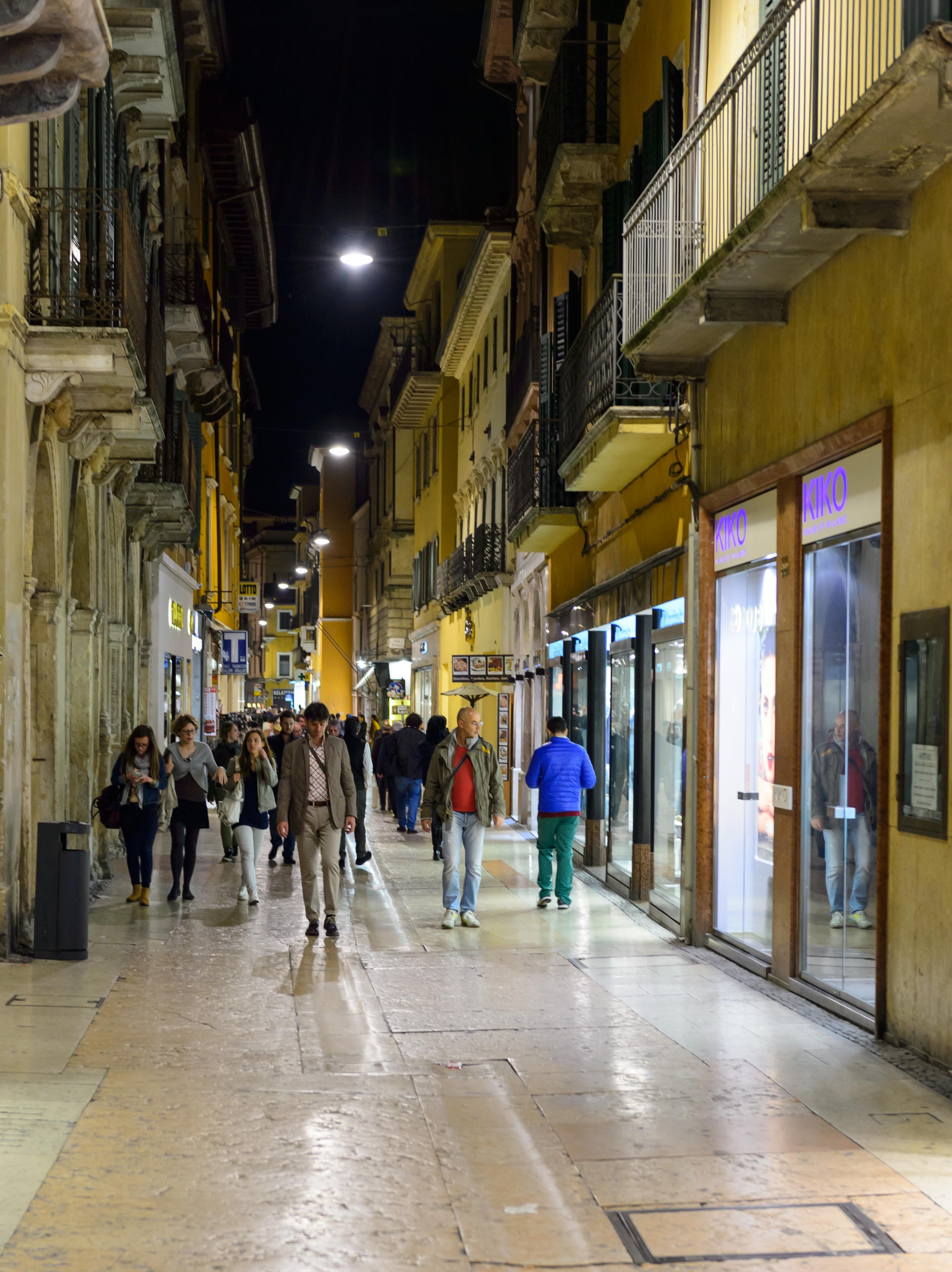 1b90b6dfc13acf voetganger weg straat nacht stad vervoer- Italië nikon het winkelen  openbaar vervoer infrastructuur italia verona