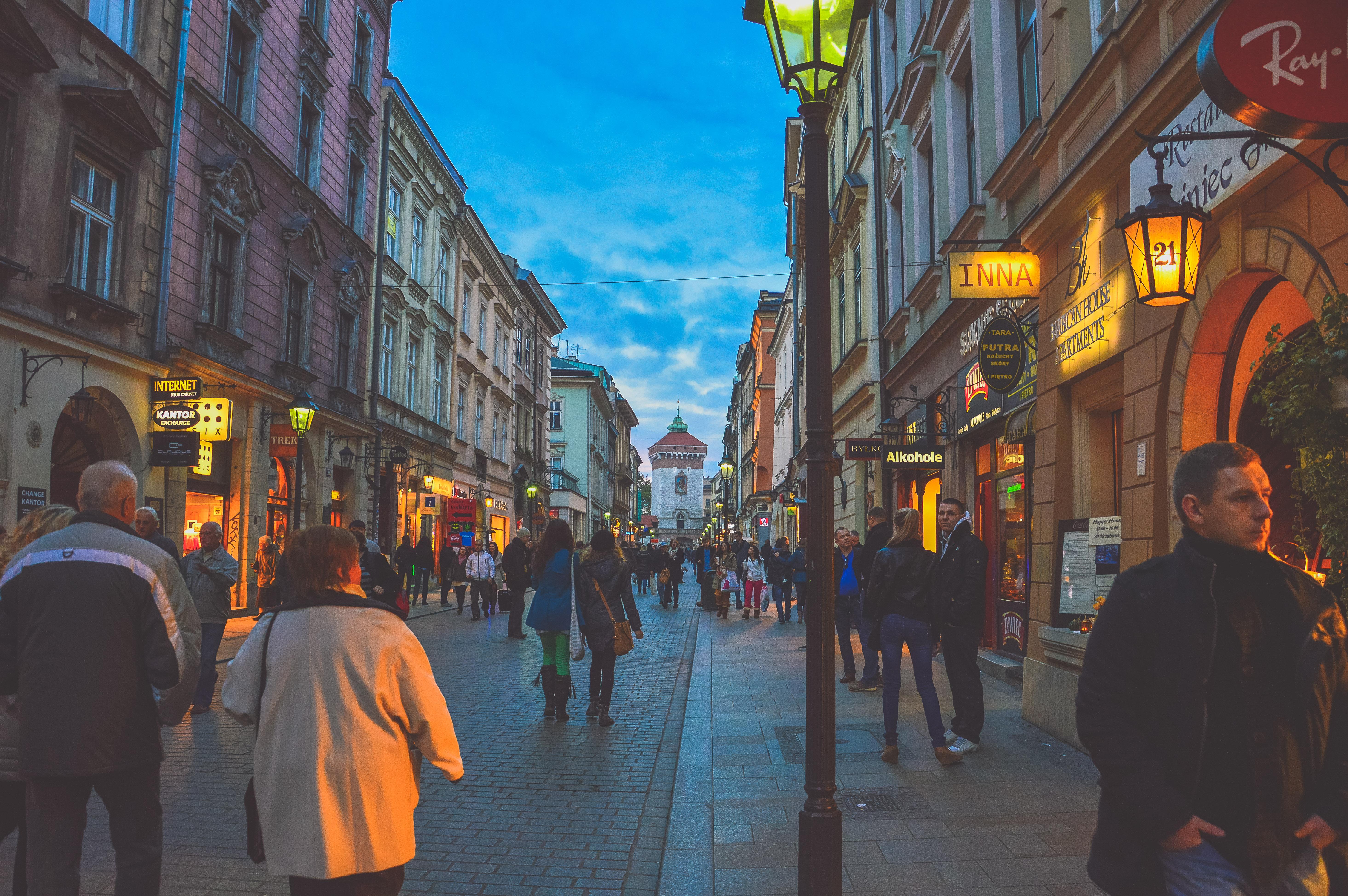 многолюдные улицы картинки разбили