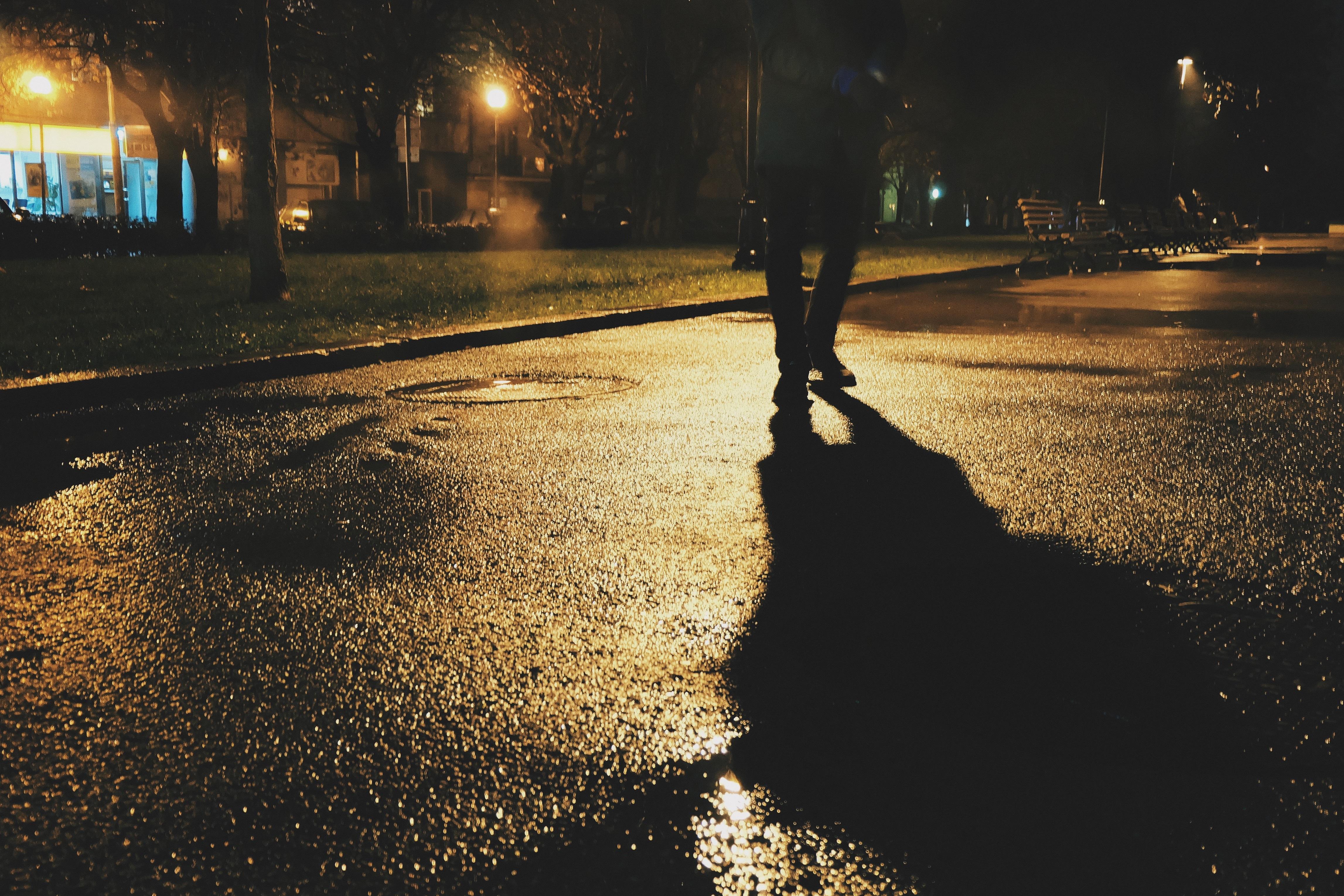 Идущий по улице один картинки