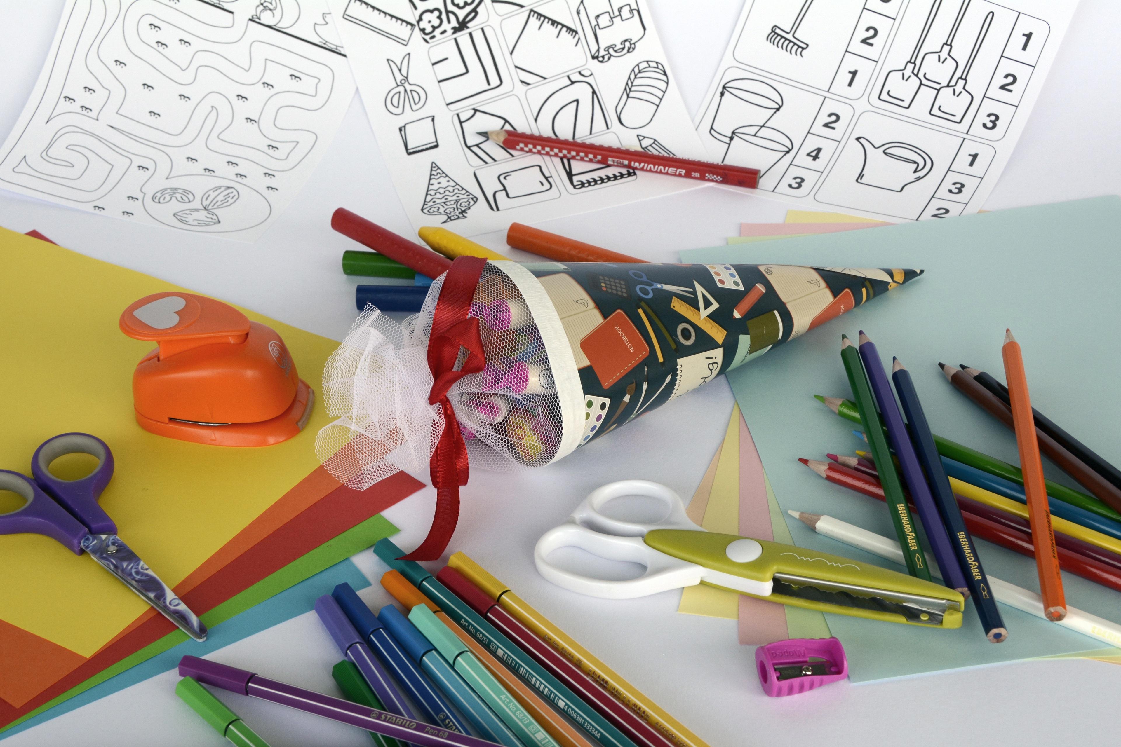 Images Gratuites Crayon Couleur Entrainement Peindre Colore Papier Education Couper Art Craie Illustration Des Stylos Bonbons Papeterie Ecole Dessiner Surprise Pointu Les Ciseaux Coupon Bricoler Crayons De Couleur Crayons De