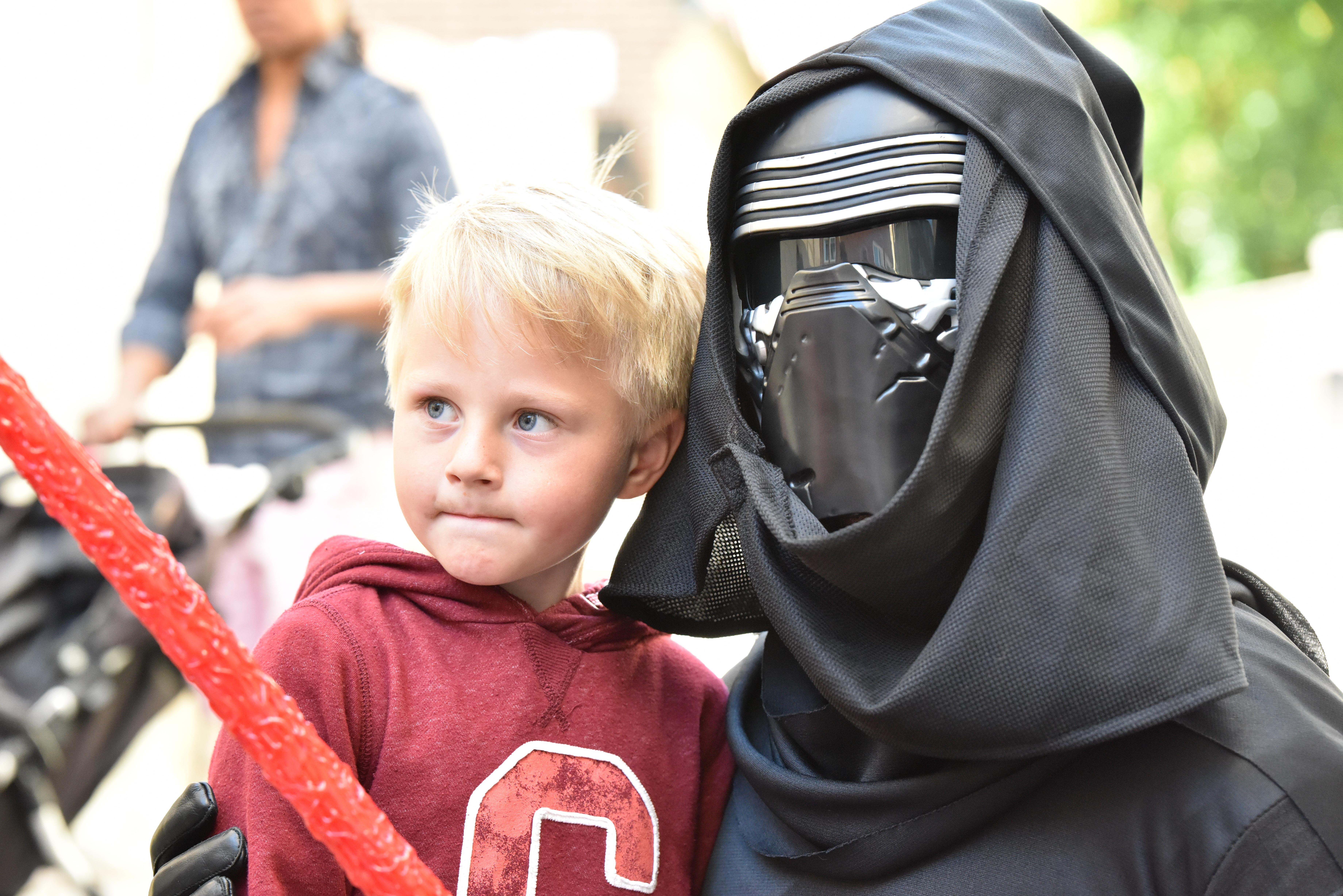 Gratis billeder : mennesker, dreng, barn, Star wars, lyssværd, kylo ren, sith 7360x4912 ...