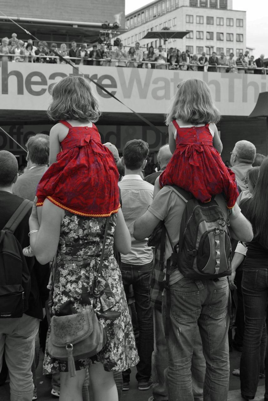 Девушку в платье толпа фото 184-331