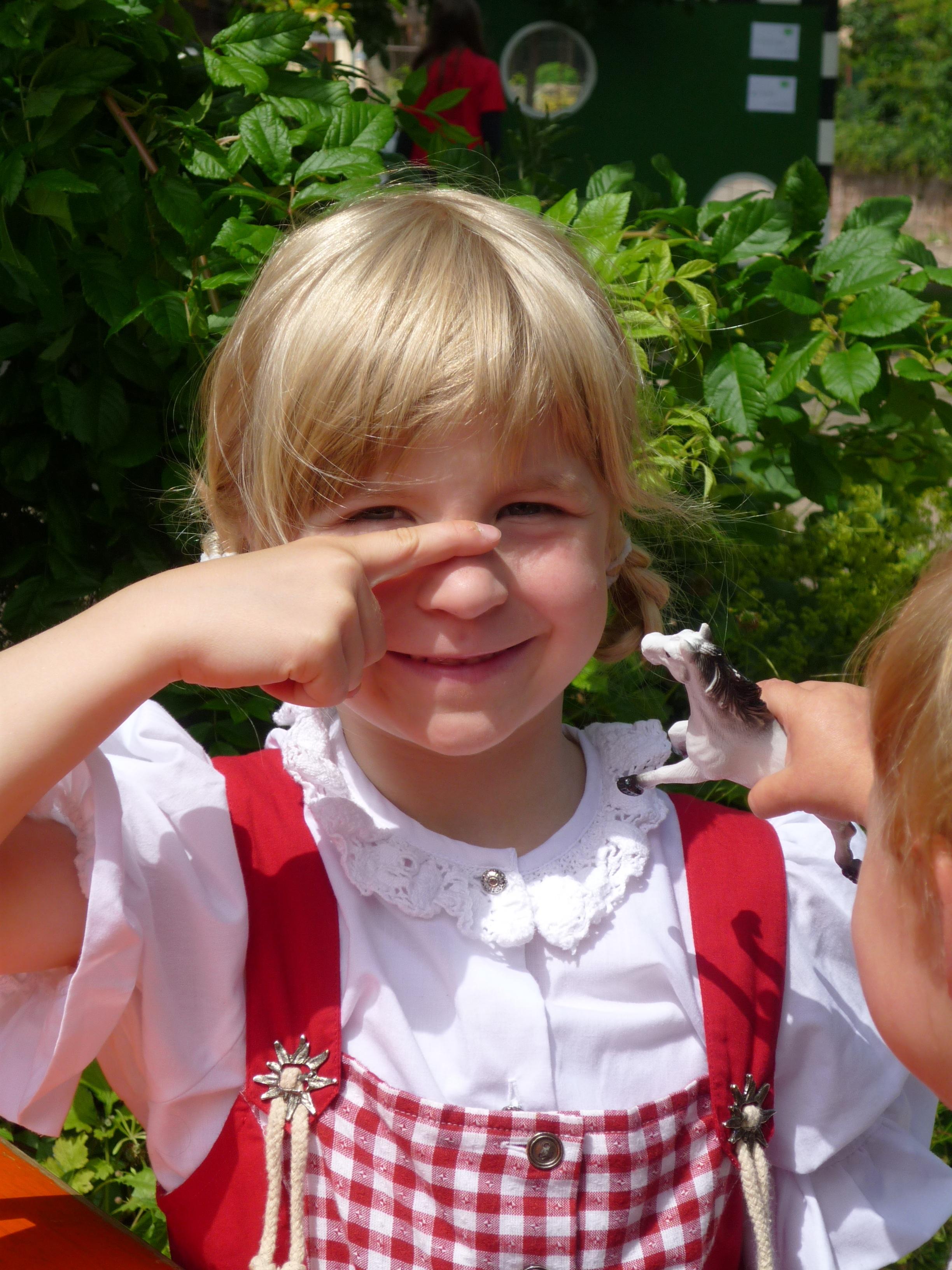 b56dbc2b30fa mennesker pige hvid Spille blomst rød barn ansigtsudtryk smil ansigt spise  sjovt kjole lille barn sjov