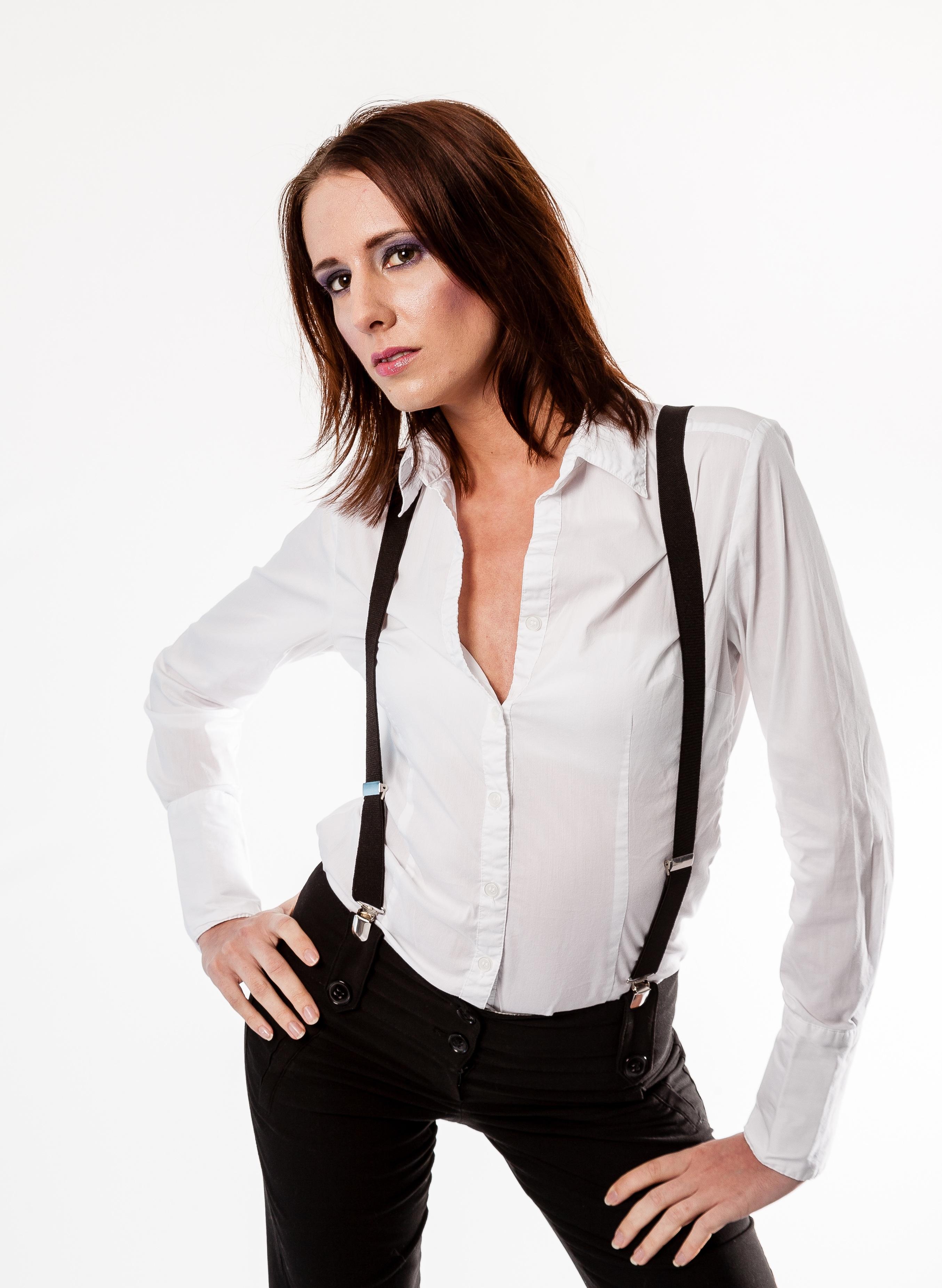 Veste en cuir et chemise blanche