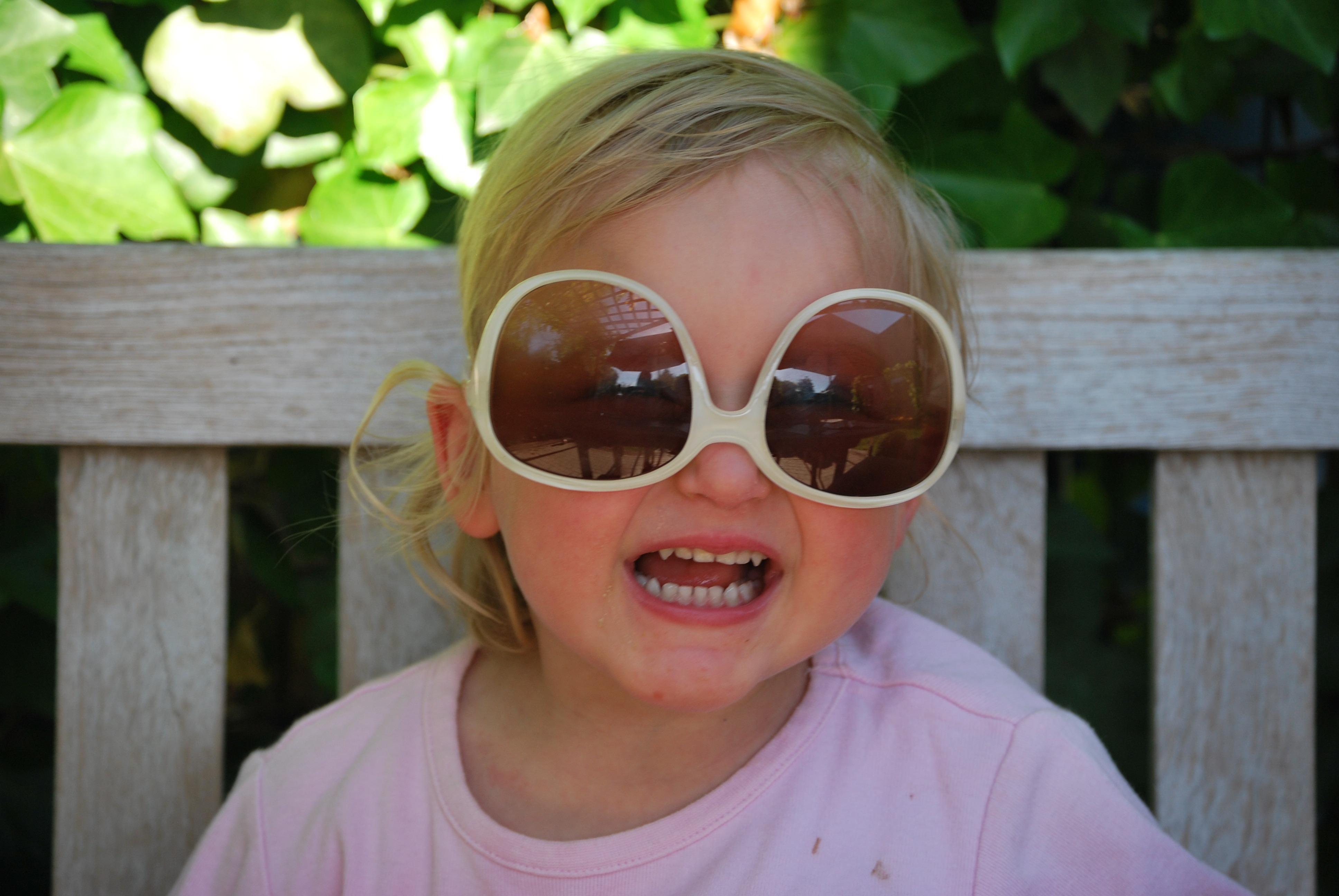 8ee5149165 Images Gratuites : gens, cheveux, mignonne, doigt, enfant, Expression  faciale, Coiffure, sourire, bouche, visage, nez, des lunettes de soleil,  des lunettes, ...