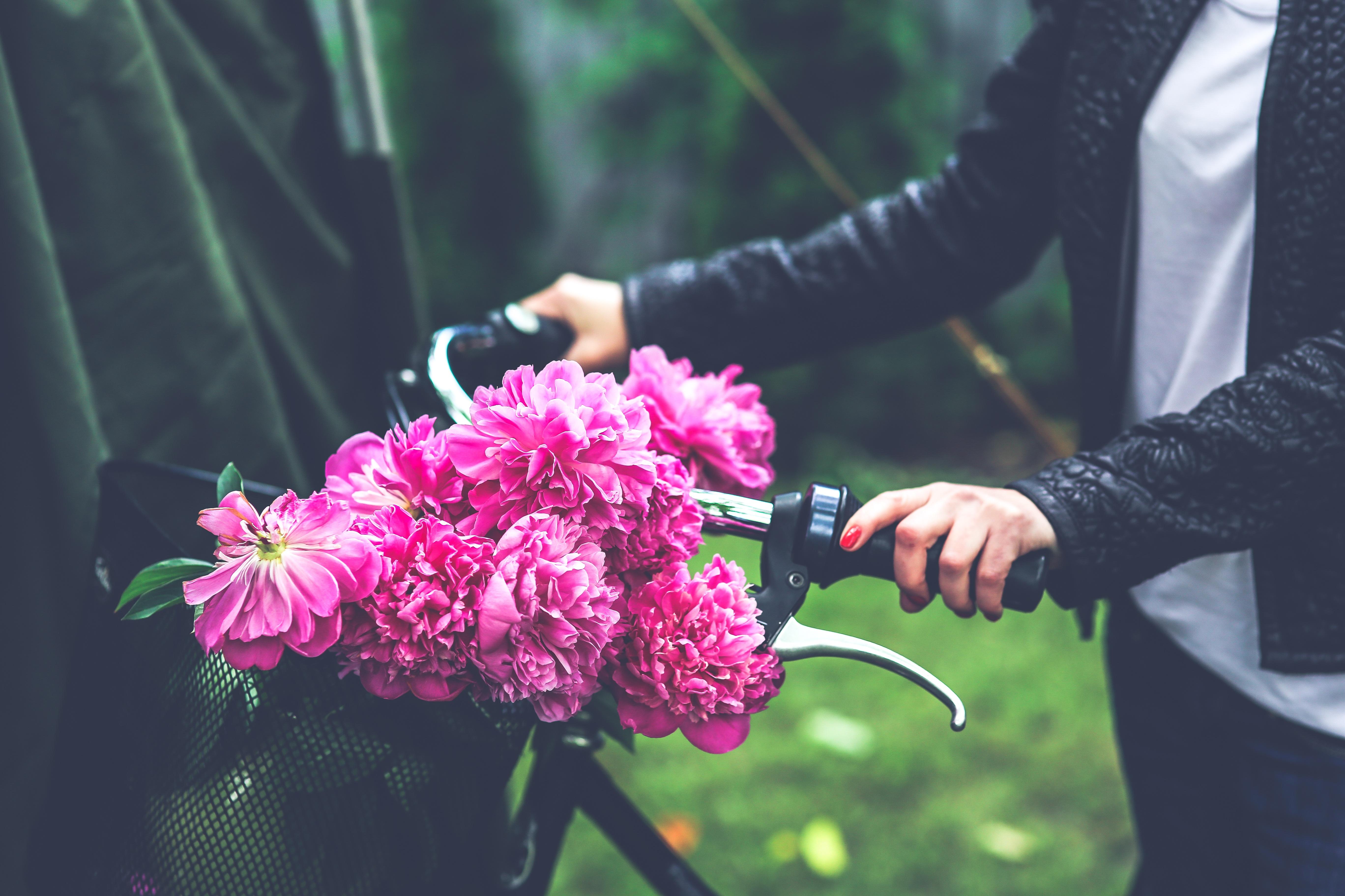 Фото букетов цветов в руках 69