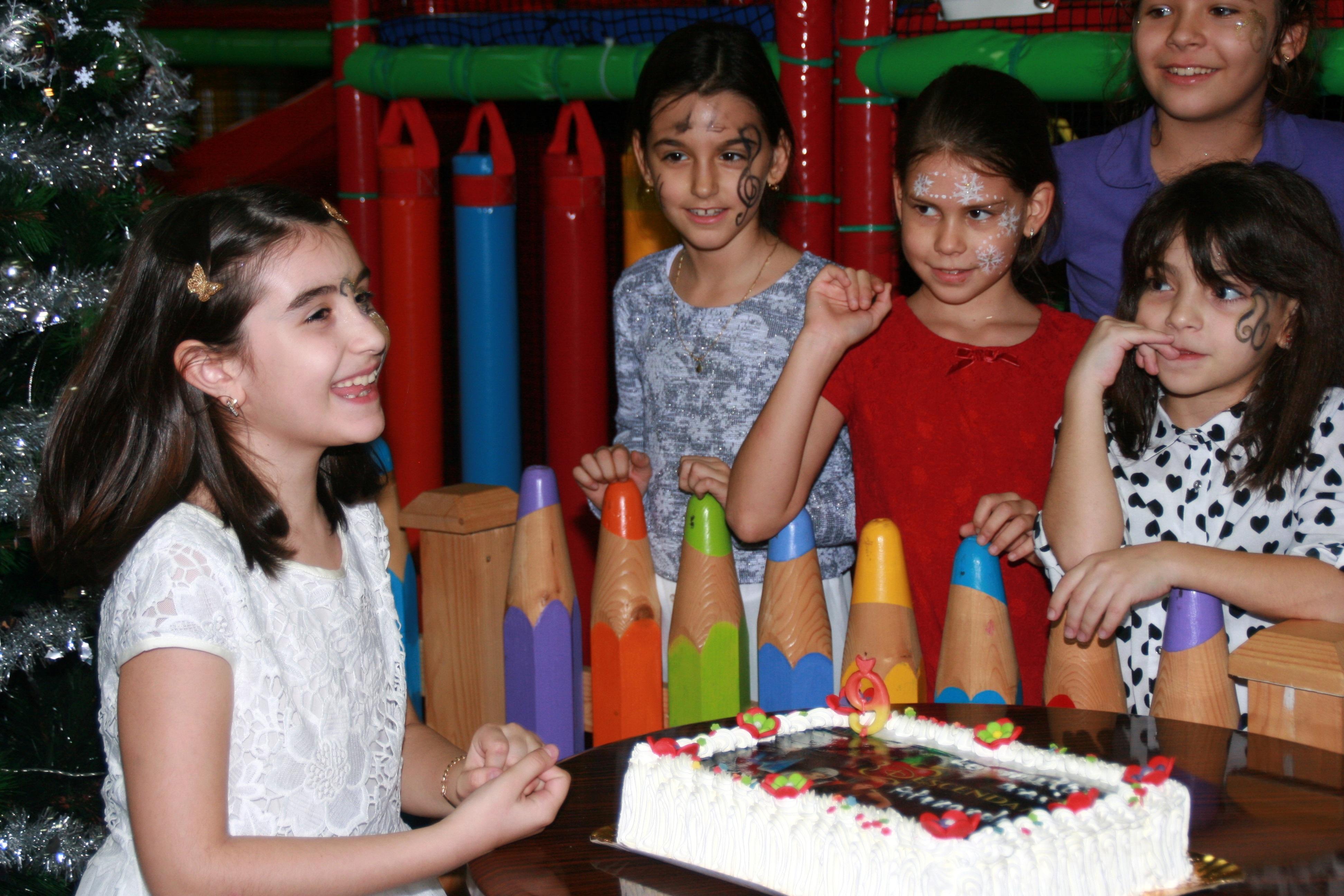 Kostenlose foto : Menschen, spielen, Kuchen, Kinder, Mädchen, Party ...