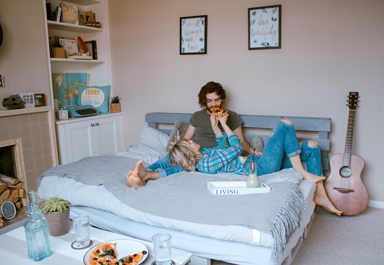 Uberlegen Menschen Spielen Innere Drinnen Paar Wohnzimmer Möbel Zimmer Lebensstil  Schlafzimmer
