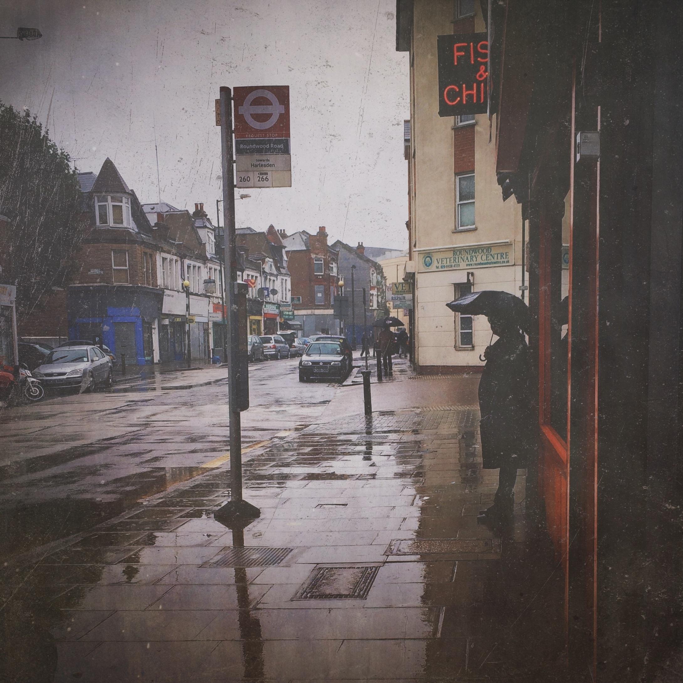 Fotoğraf Insanlar Yol Sokak Yağmur Kasaba ıslak şehir Duvar