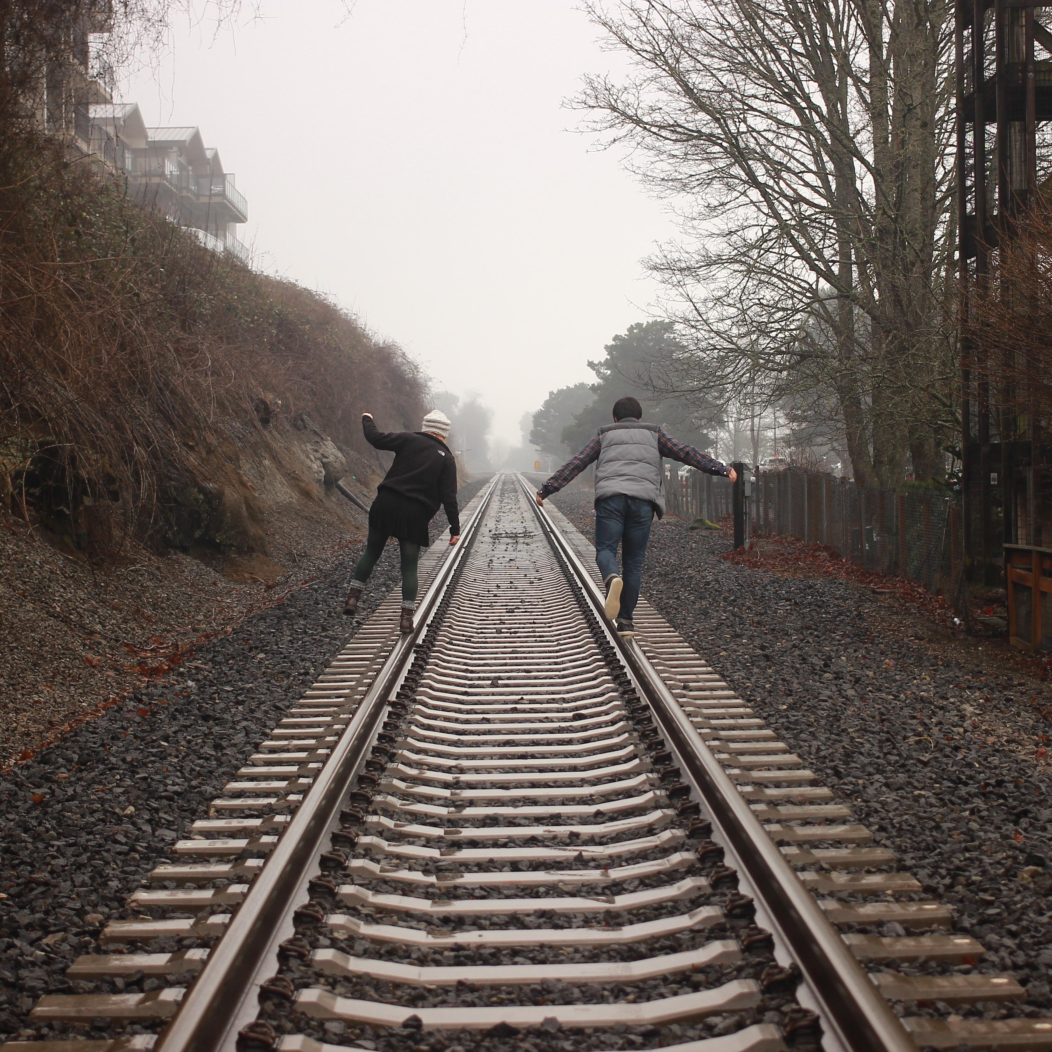 периодически железная дорога и люди картинки дикой природе