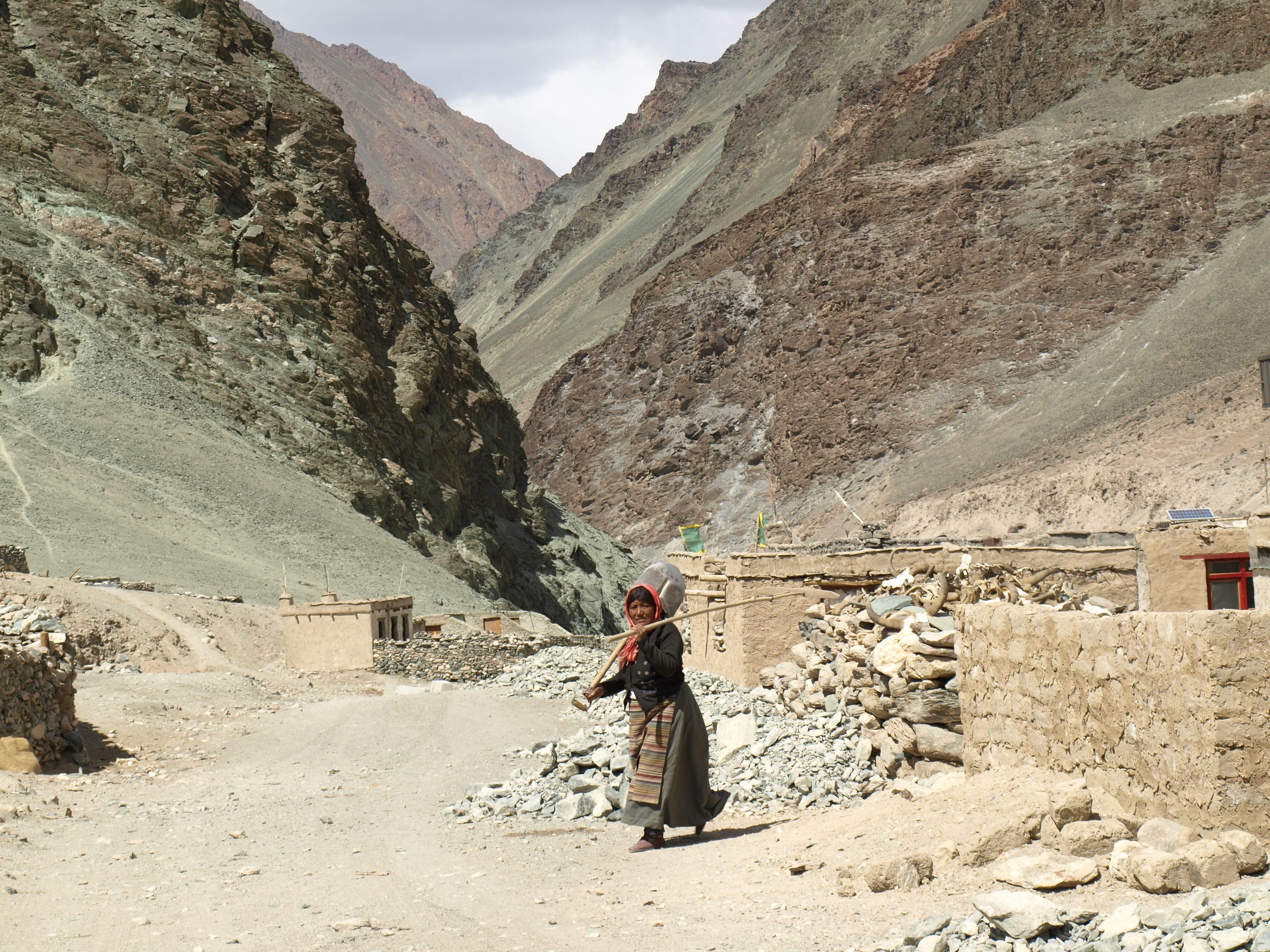 ead60a7e mennesker kvinne dal Dal geologi fjellene badlands india wadi Ladakh  lokalbefolkningen Landform antikkens historie geologisk fenomen