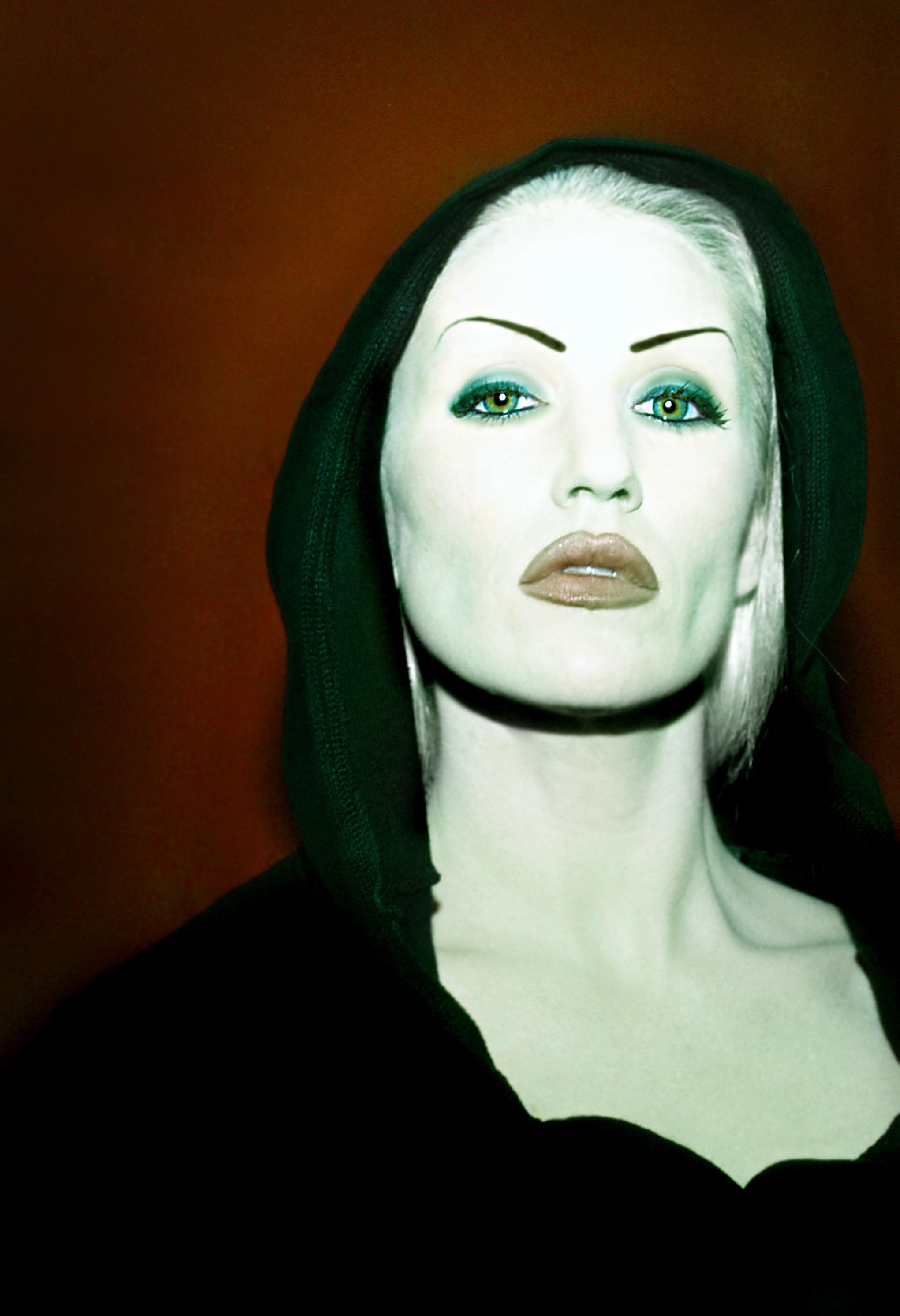 f53482c7 mennesker kvinne hvit mørk hunn portrett grønn farge kontrast mørke klær  svart sminke caucasian ansikt skulptur