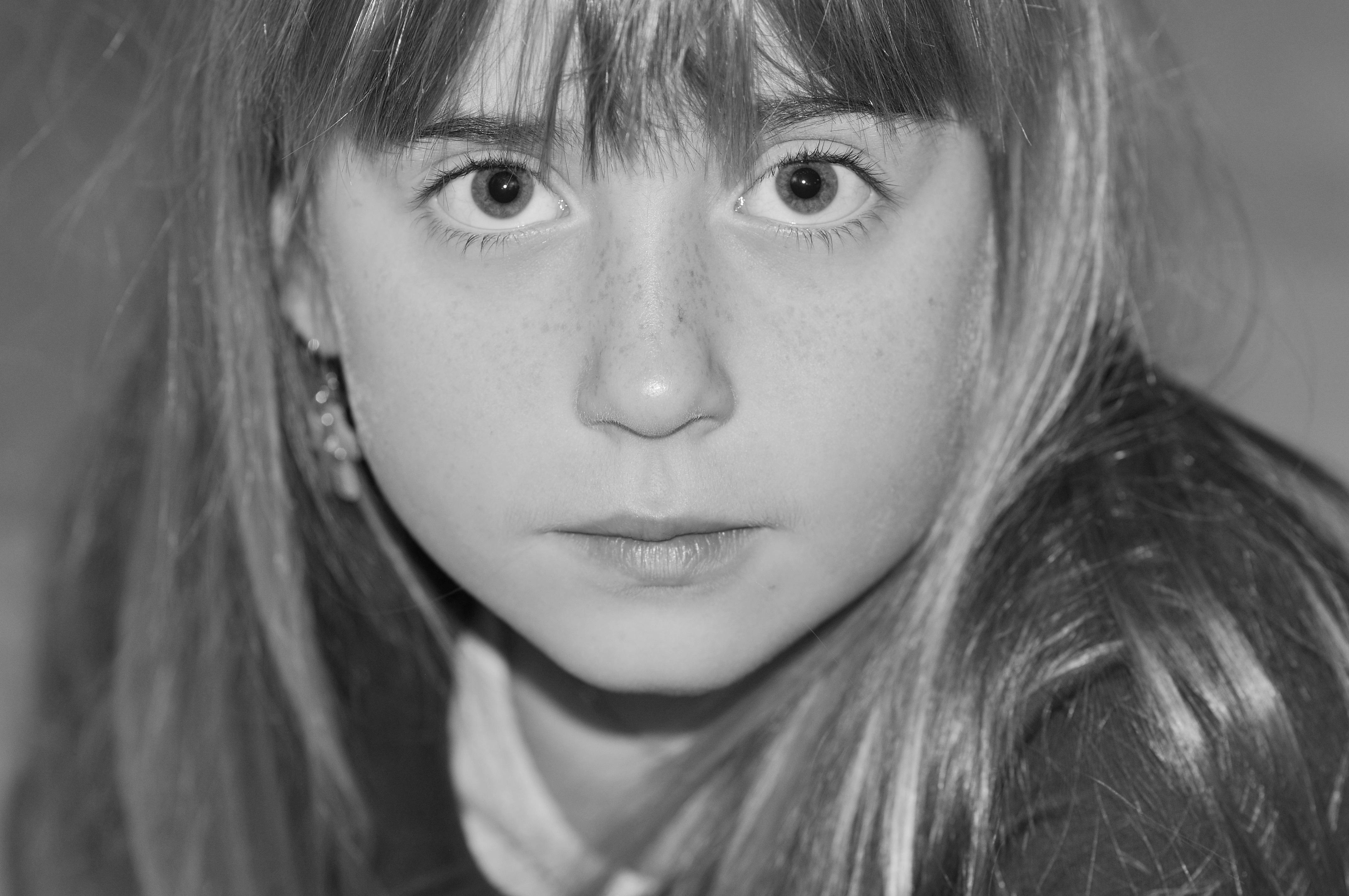 Gambar orang hitam dan putih gadis model anak satu