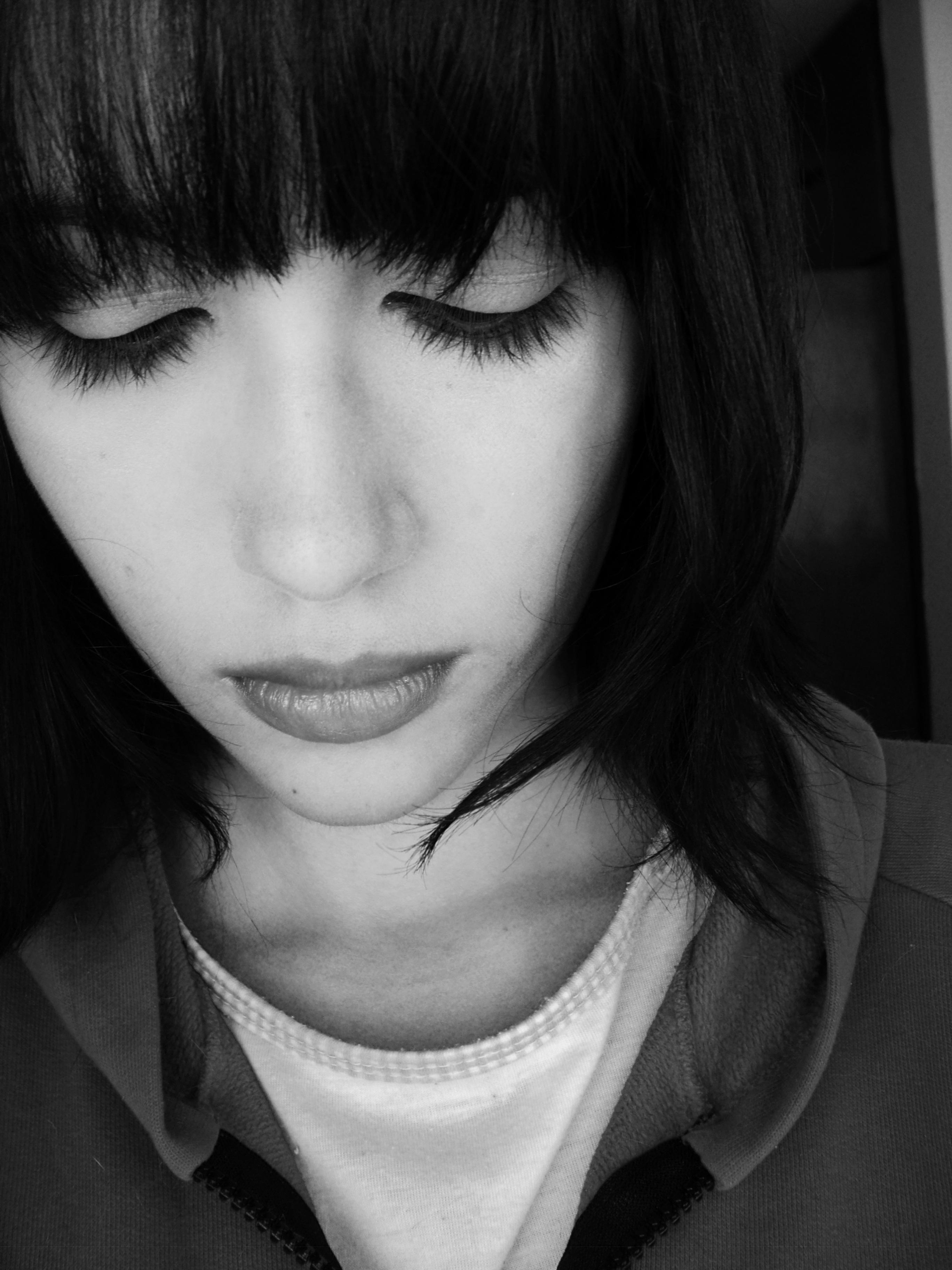 Gambar Orang Hitam Dan Putih Gadis Wanita Sendirian Kesedihan Si Rambut Coklat Model Muda Grayscale Satu Warna Kesepian Raut Wajah Hairstyle Tersenyum Merapatkan Rambut Hitam Sedih Menghadapi Hidung Kesendirian Mata Kepala