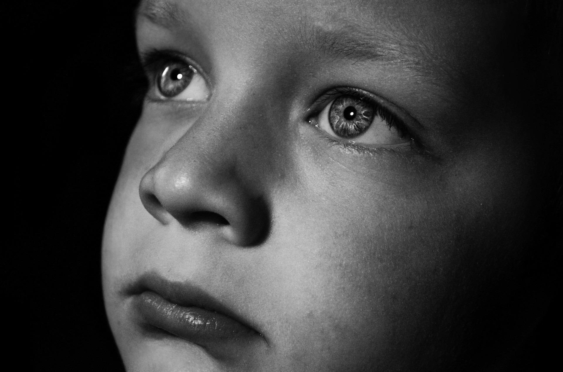 Gambar Orang Hitam Dan Putih Orang Orang Gadis Anak Laki Laki Anak Sendirian Kesedihan Model Kegelapan Satu Warna Raut Wajah Tersenyum Merapatkan Tubuh Manusia Sedih Menghadapi Hidung Bayangan Anak Anak Latar Belakang Kepala Kulit
