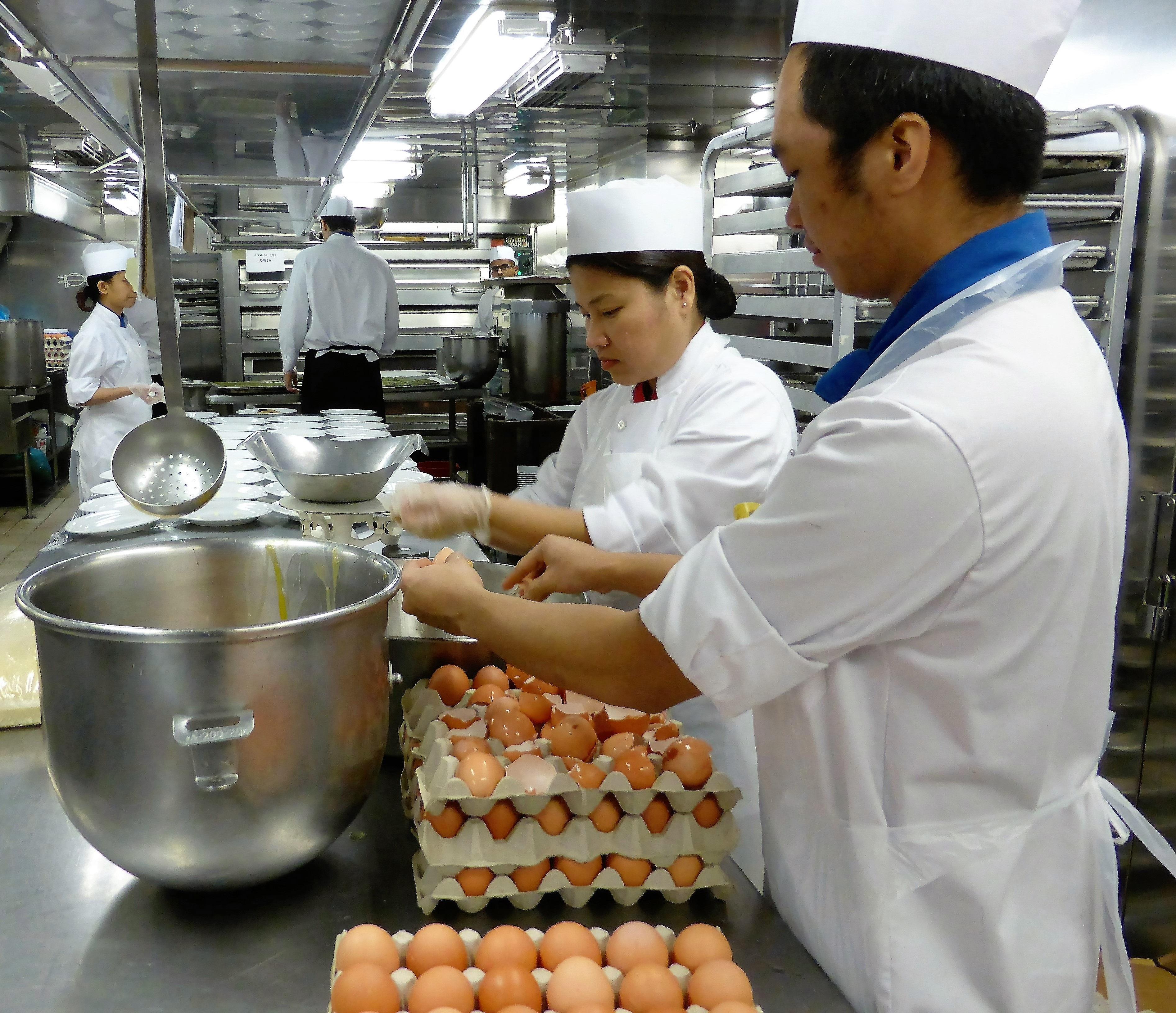 Kostenlose foto : Person, Schüssel, Gericht, Mahlzeit ... | {Koch beim kochen 11}