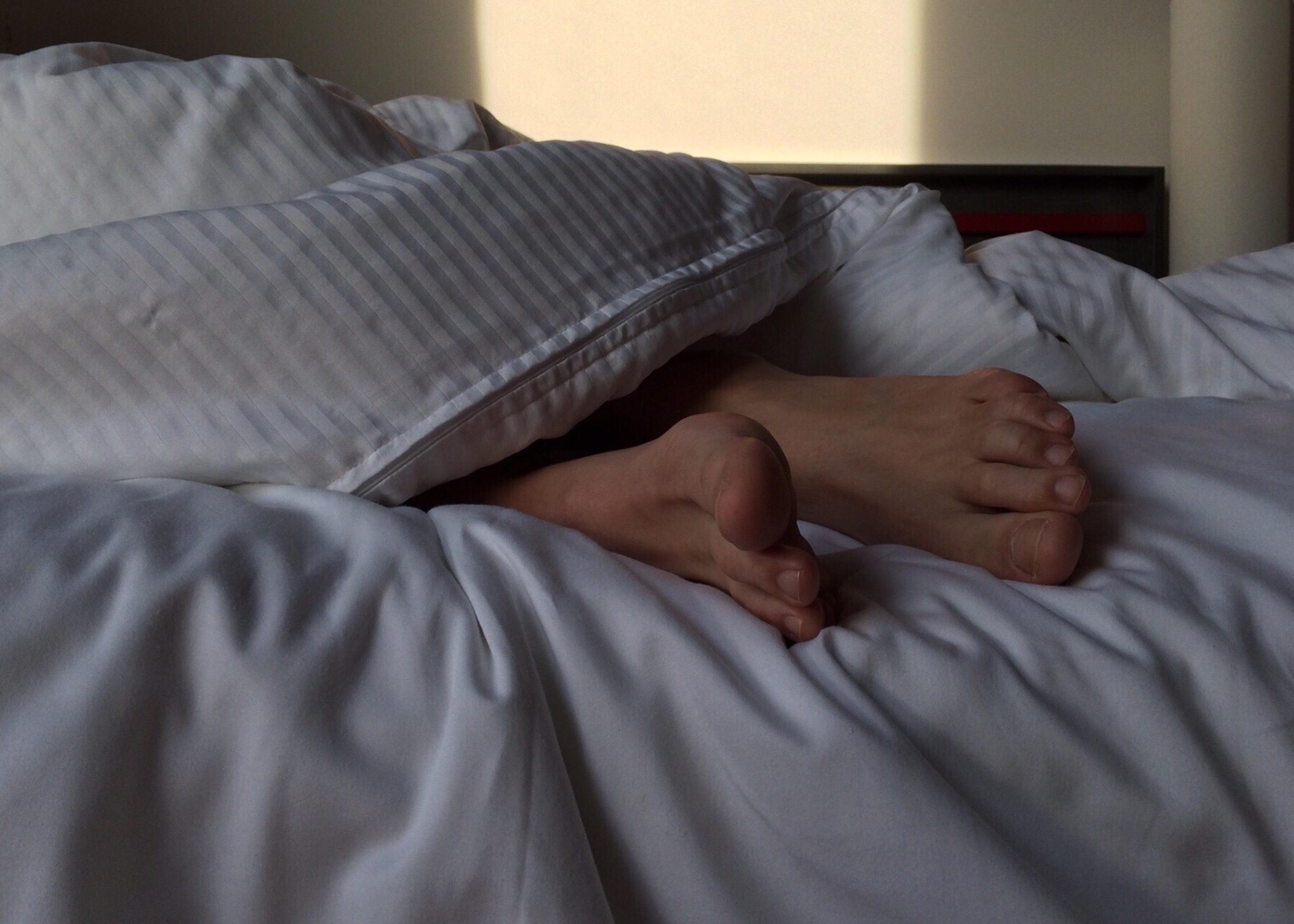 Fotos gratis : persona, Pies, masculino, pierna, dormido, Cuarto ...