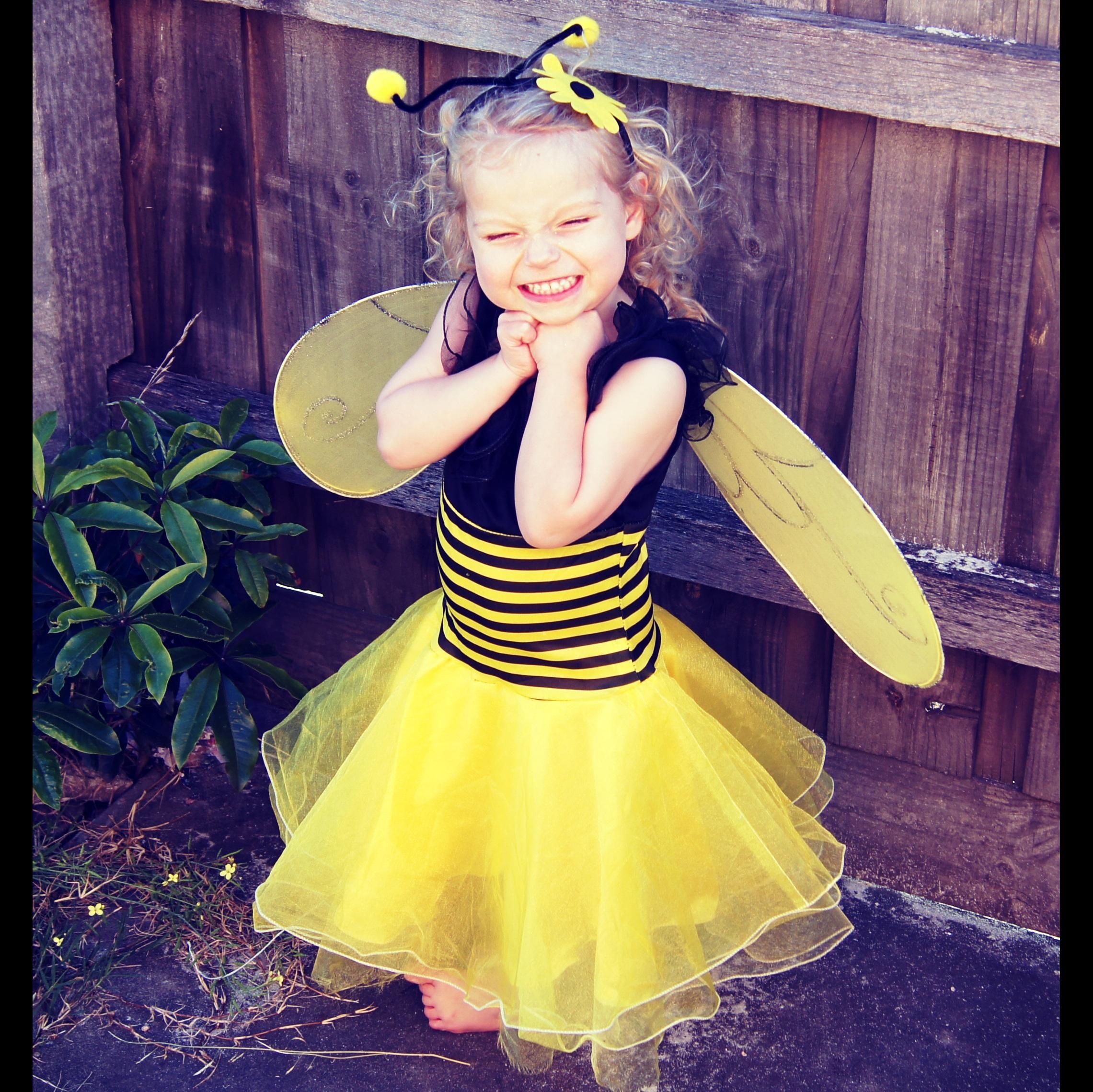 e821fe0d144b person pige Spille nuttet barn tøj gul baby barndom smil glad børn kjole  lille barn bi