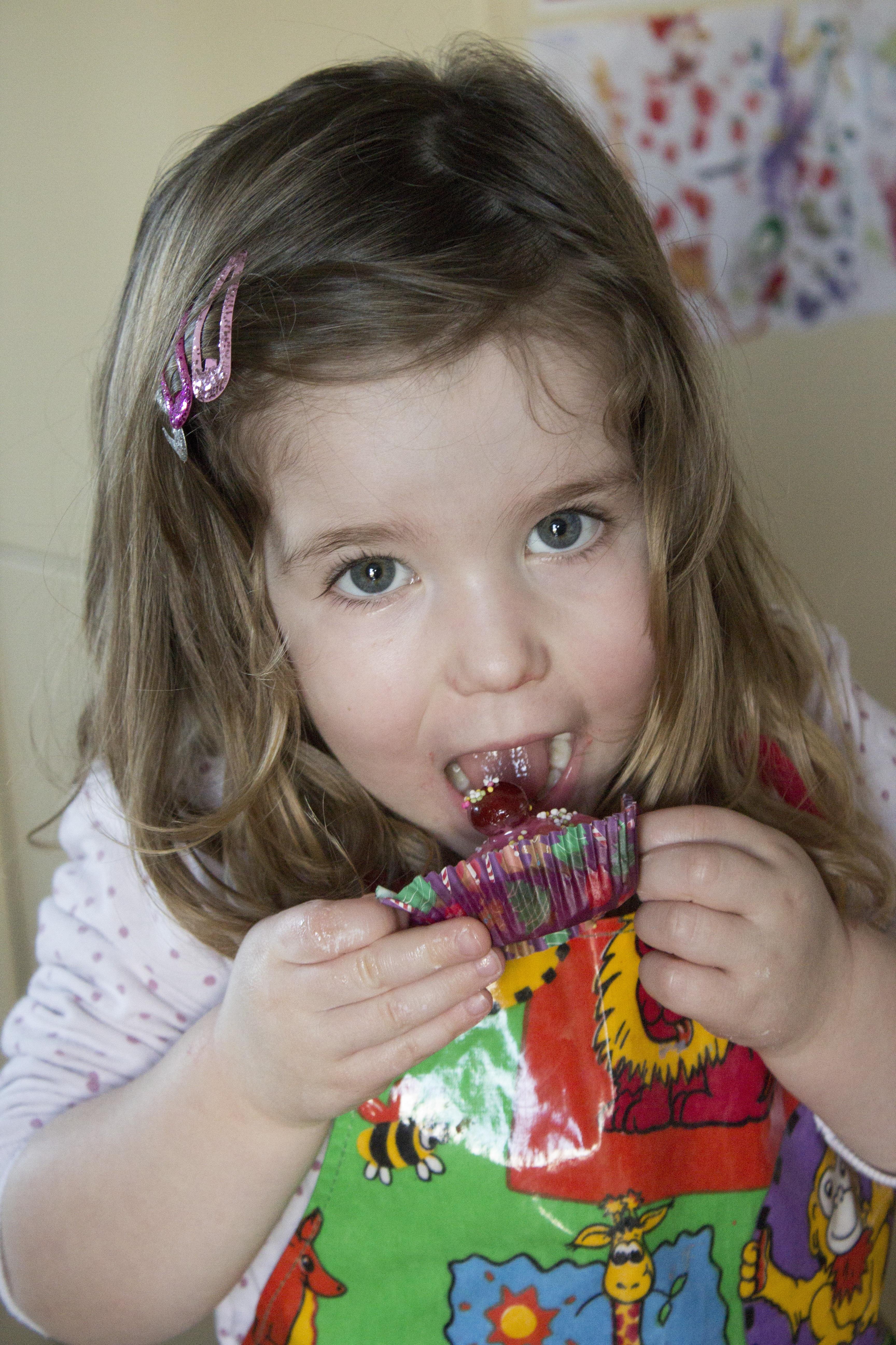 Kostenlose foto : Person, Mädchen, spielen, Kind, Jung, Lebensmittel ...