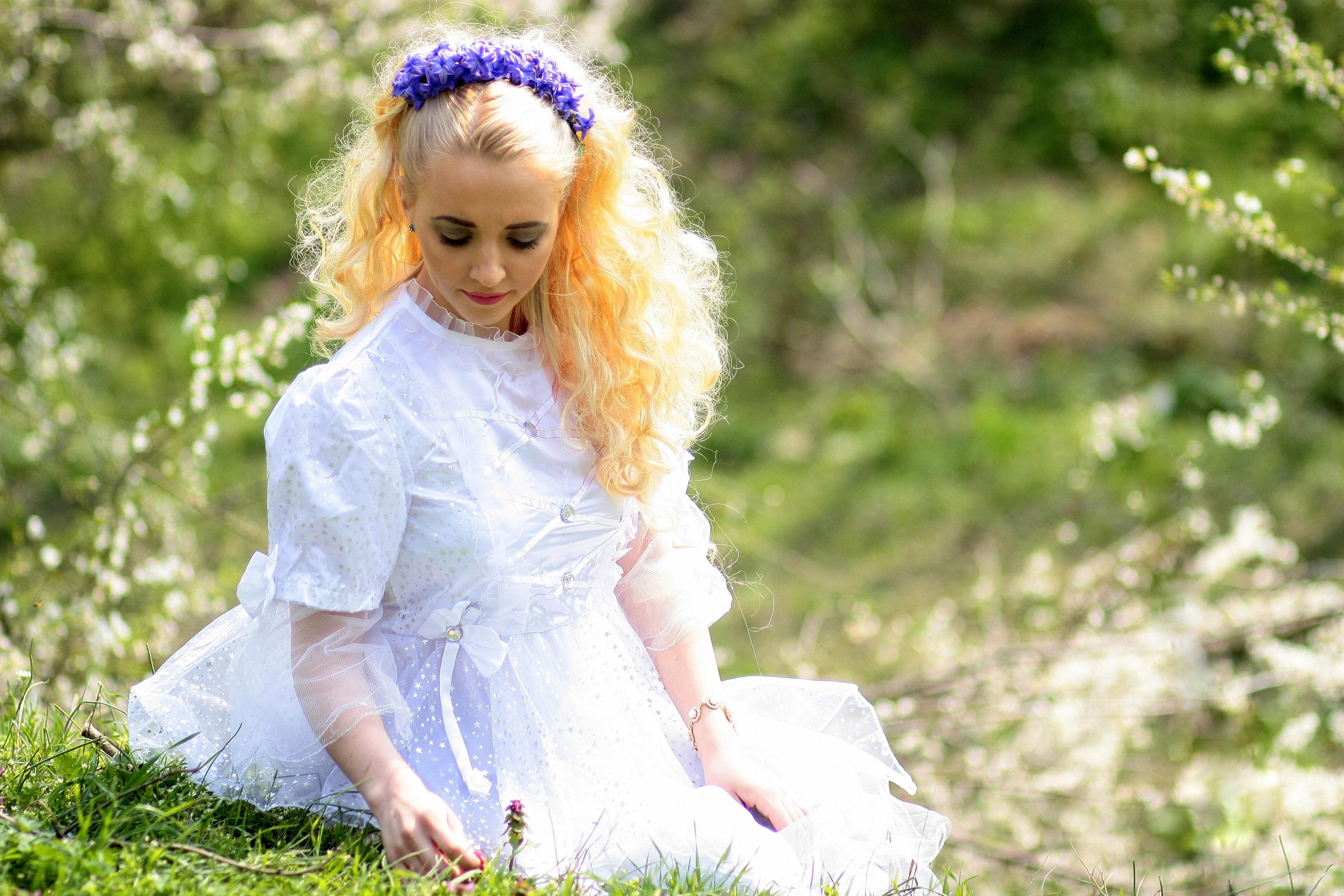 903f33f28cb1 person pige hvid fotografering eng blomst forår barn brud blond krans  blomster træer kjole lille barn