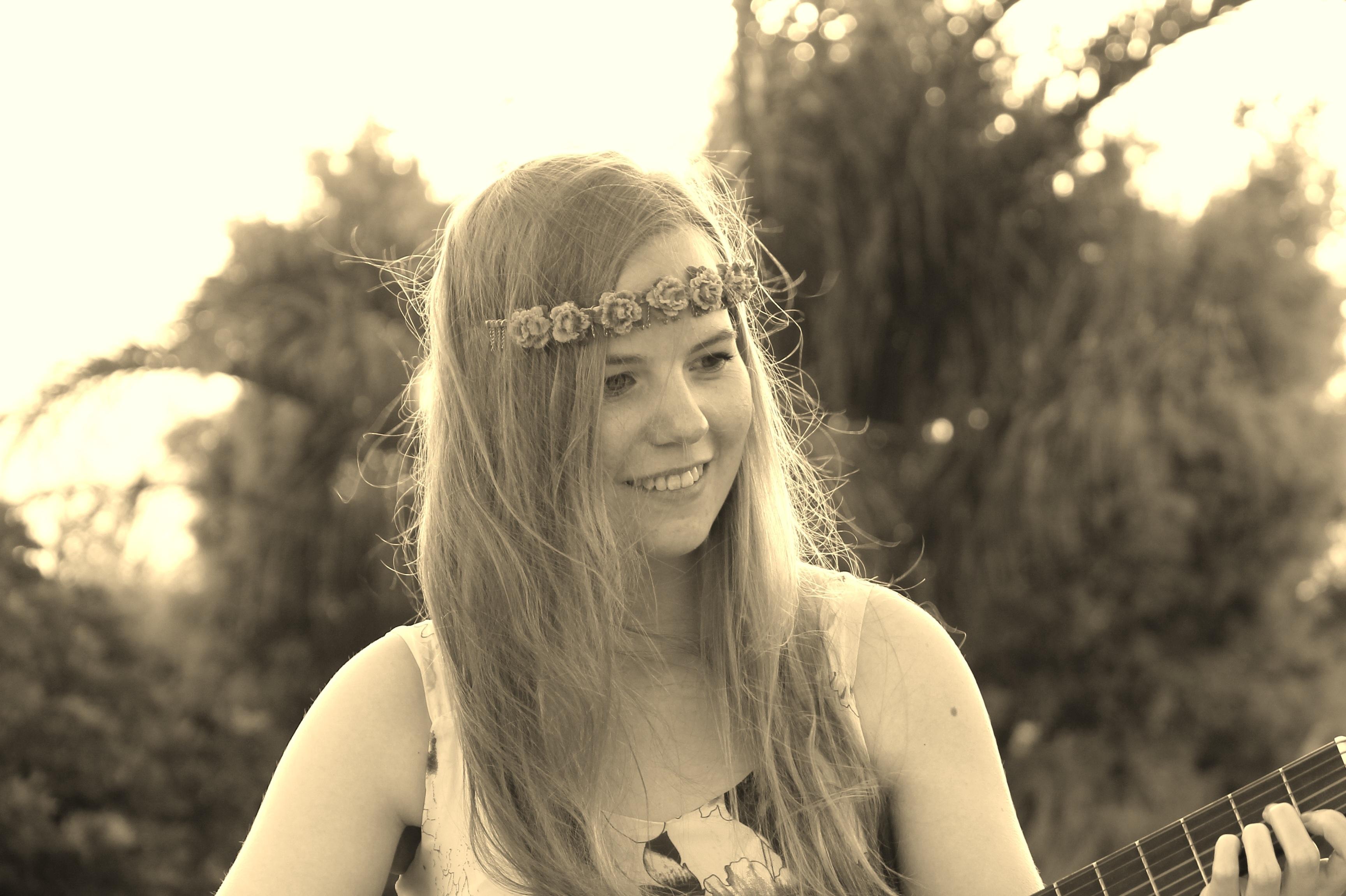 hình ảnh : người, con gái, đàn bà, tóc, nhiếp ảnh, chơi, Ánh sáng mặt trời, đàn ghi ta, Chân dung, mô hình, trẻ, Mùa xuân, Dụng cụ, quý bà, Nét mặt, ...