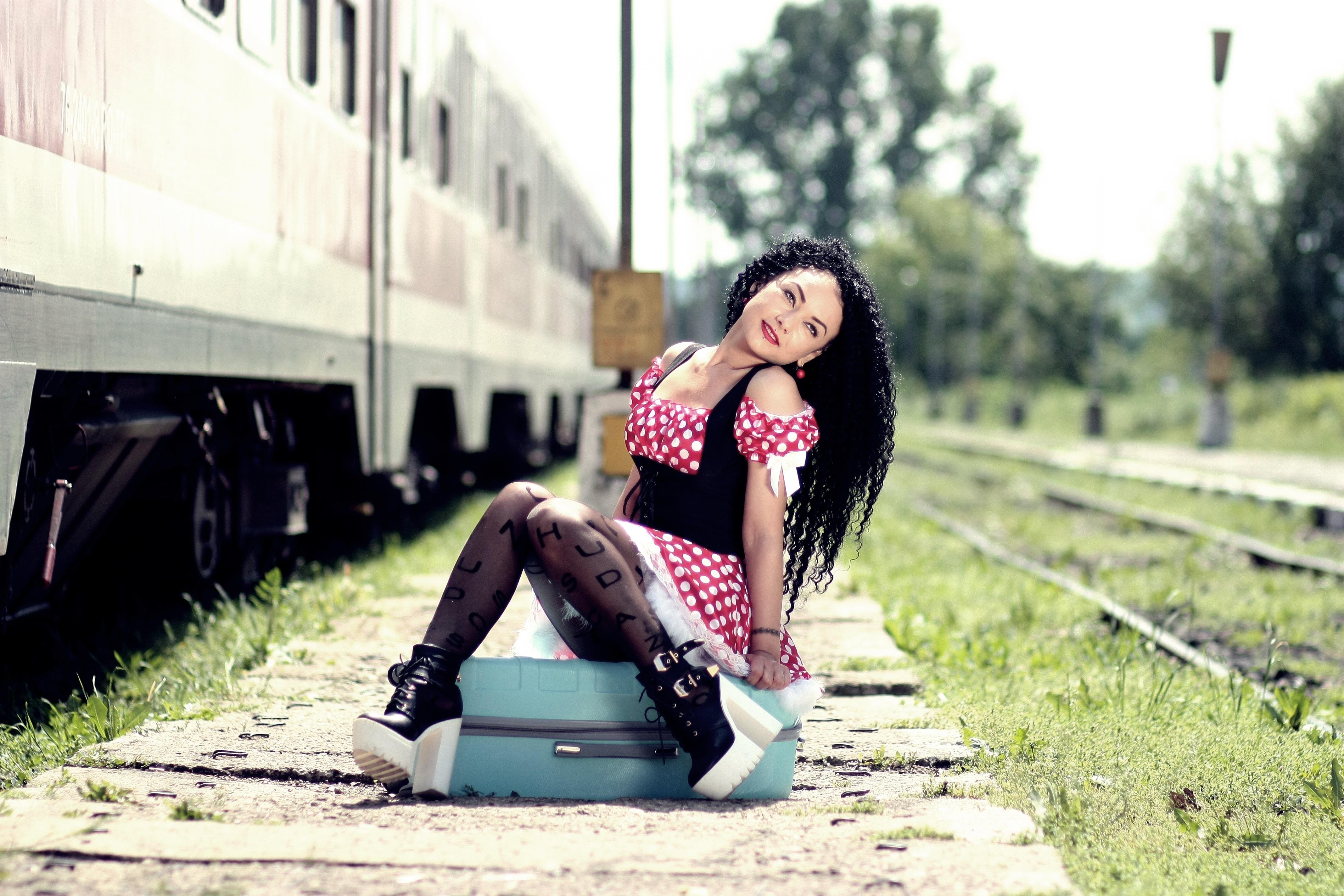 Картинки девушки поезд