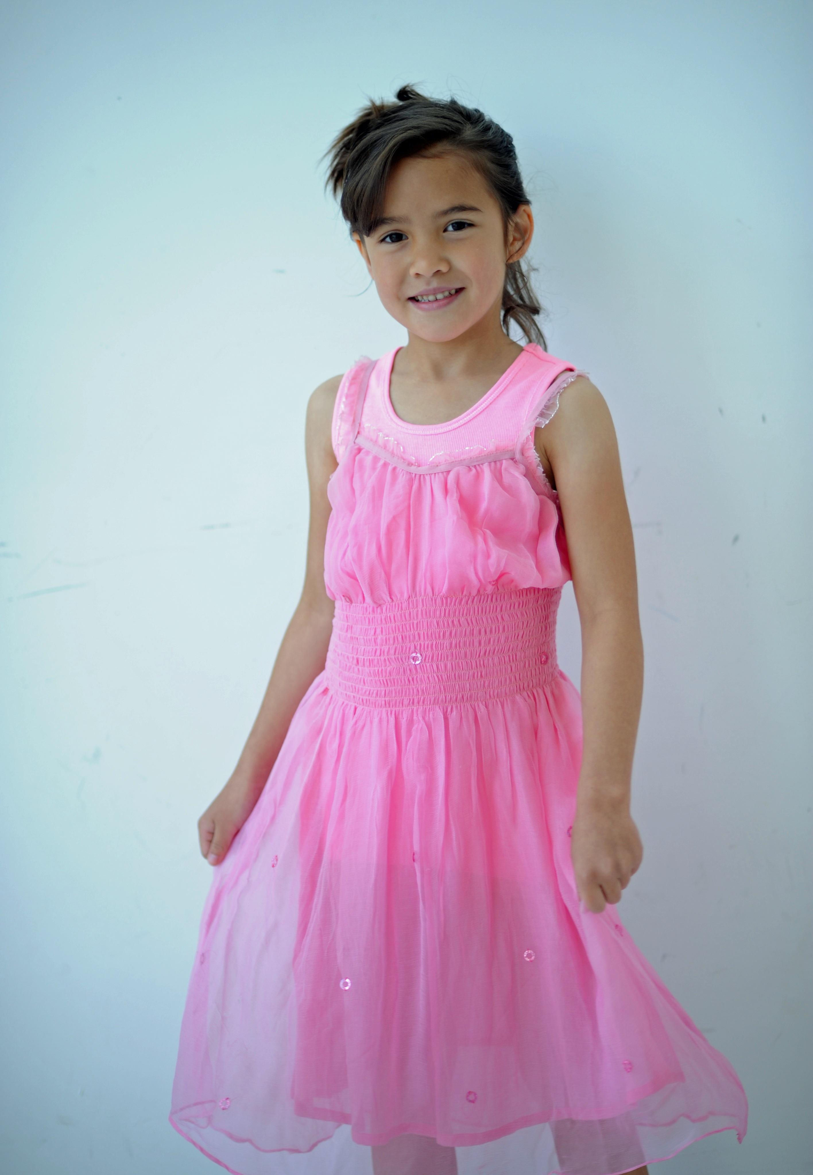 Fotos gratis : persona, joven, niño, ropa, rosado, infancia, Posando ...