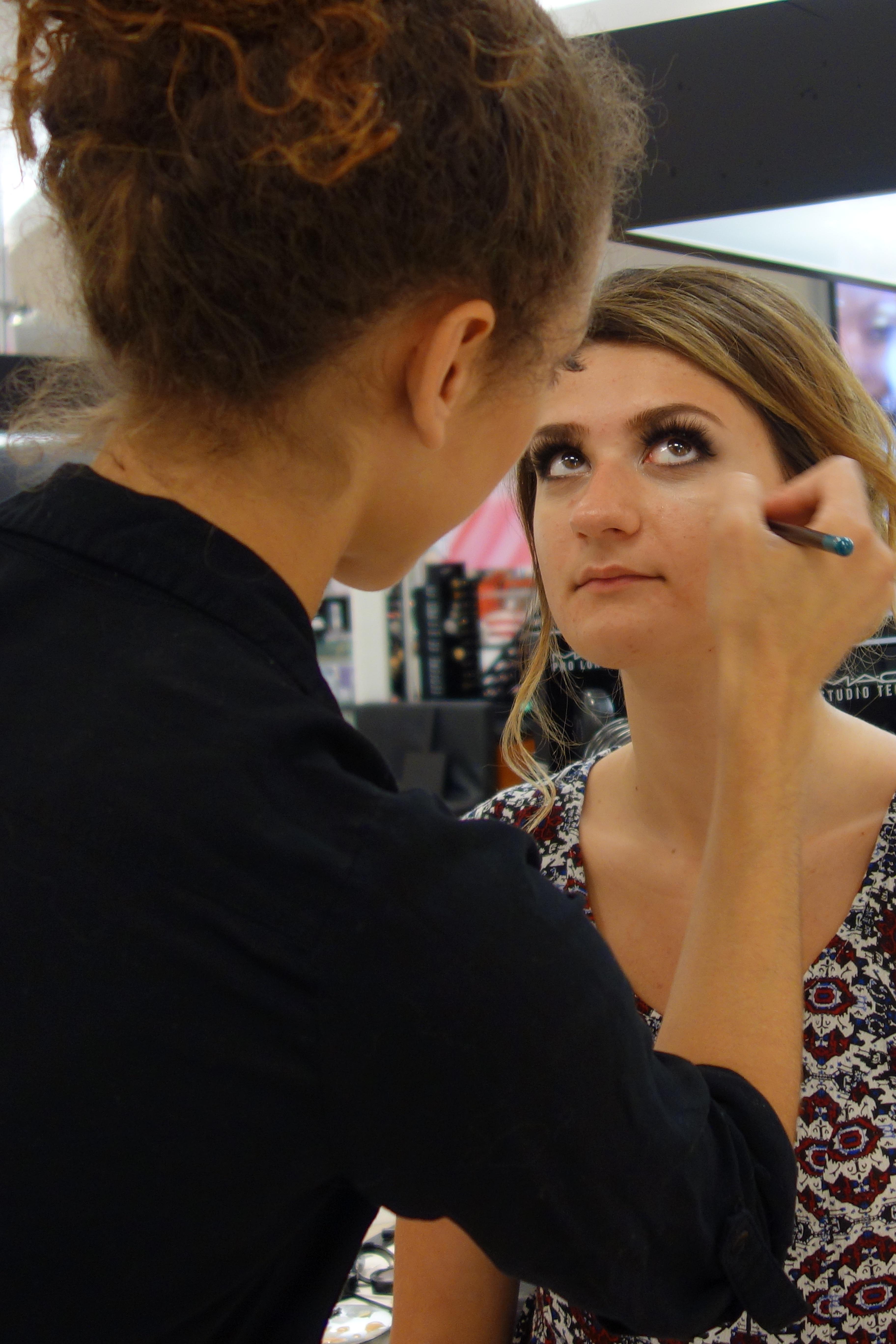 e90ac0cb77c34 pessoa cabelo modelo moda Penteado processo Maquiagem Canadá beleza ensino  Grad interação sessão de fotos