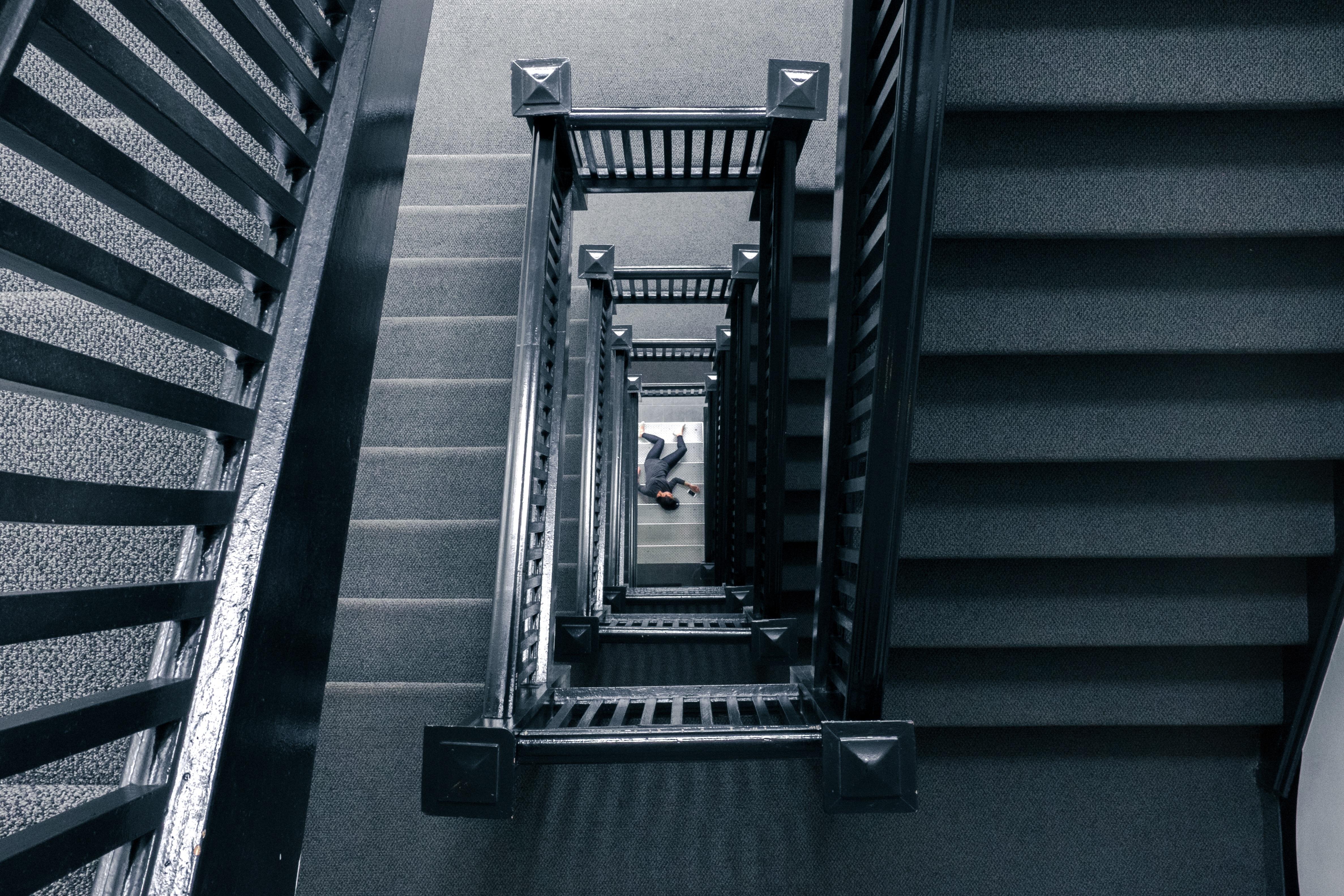 Charming Person Licht Fallen Innere Gebäude Treppe Schritte Bau Hoch Schwarz  Einfarbig Tot Treppe Polizei Unfall Kriminalität