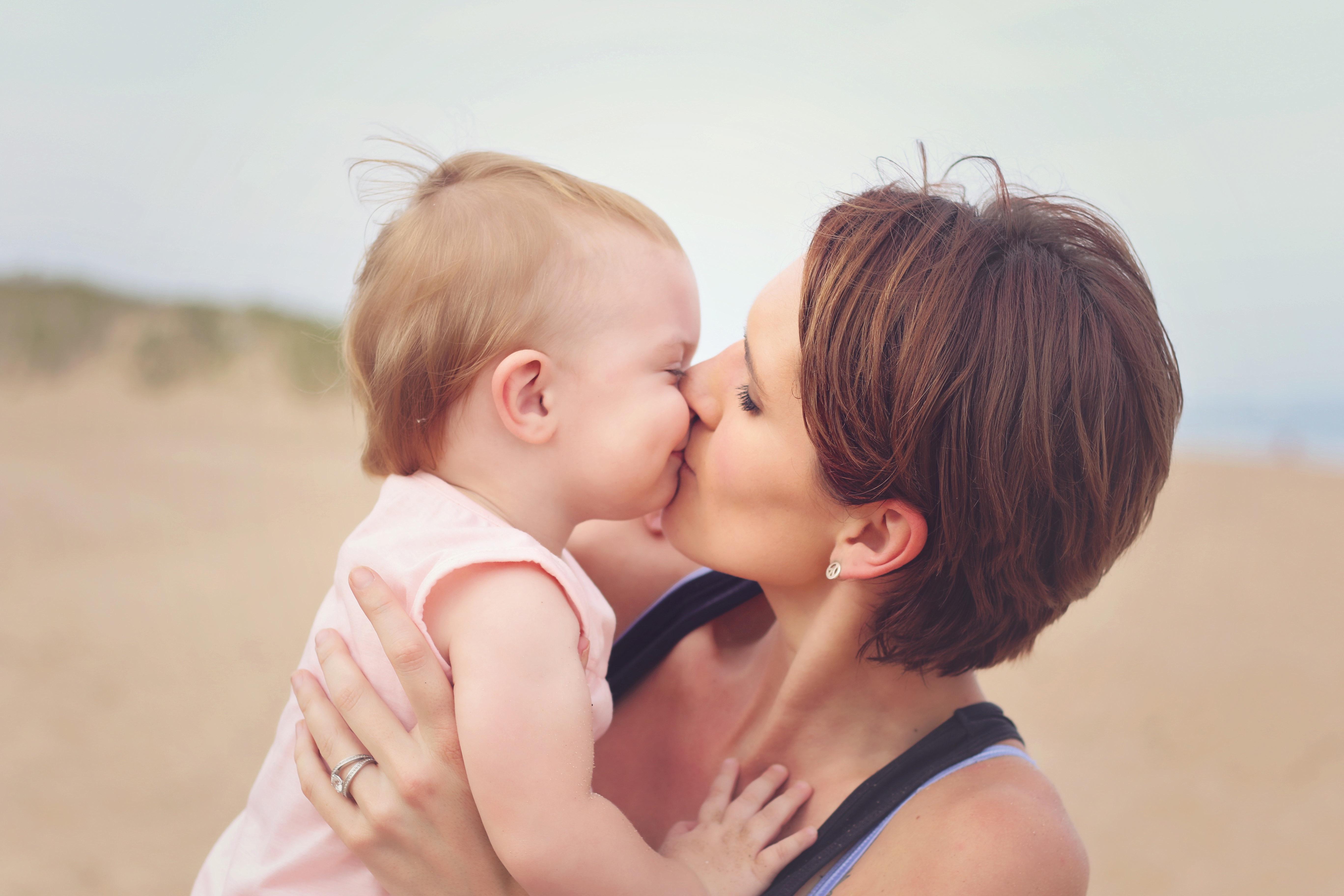 Красивый поцелуй мамы с сыном фото 203-20