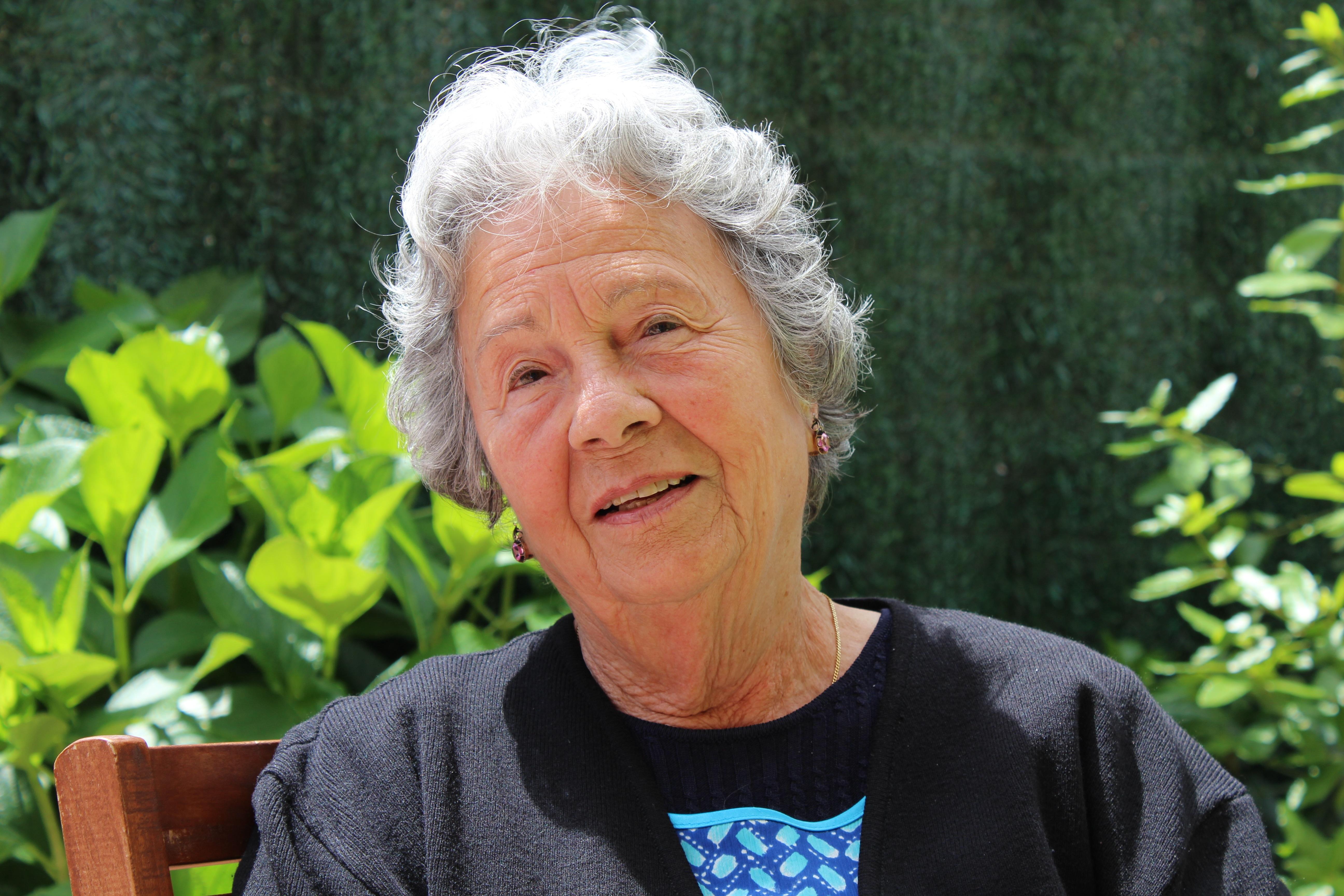 f918e4f0be személy emberek növény virág nagymama nyugdíjas öreg kor nagyszülő idős  asszony