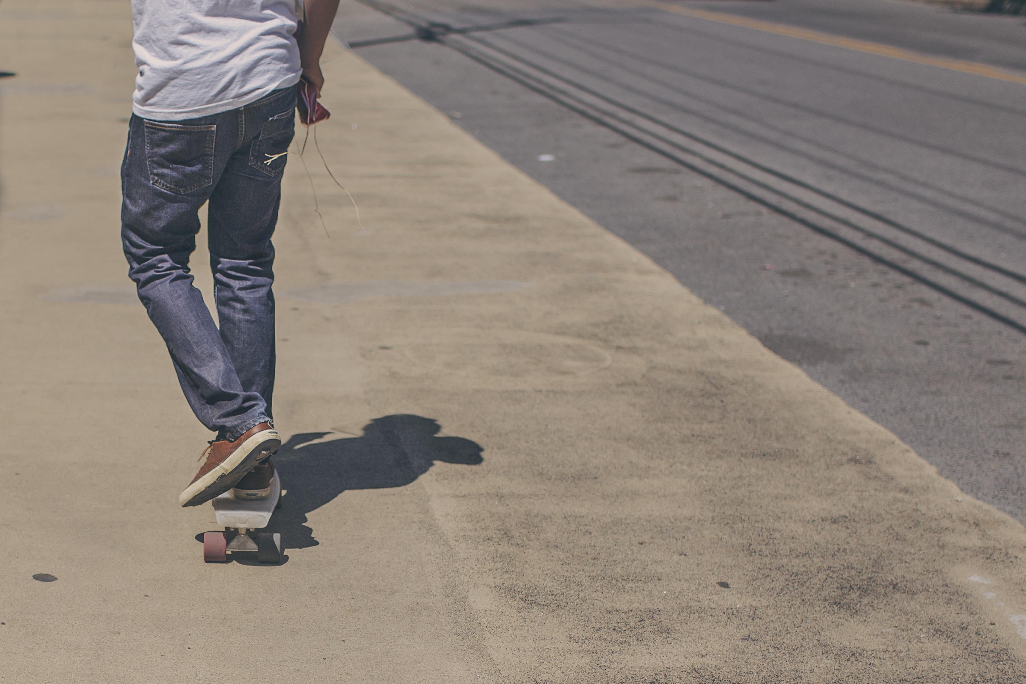 Fotos Gratis Persona Gente La Carretera Deporte Calle Acera Patineta Patinar Chico Urbano Skateboarding Asfalto Pavimento Masculino Joven Pantalones Juventud Estilo De Vida Ocio Adolescente Skater Equipo Deportivo Longboard
