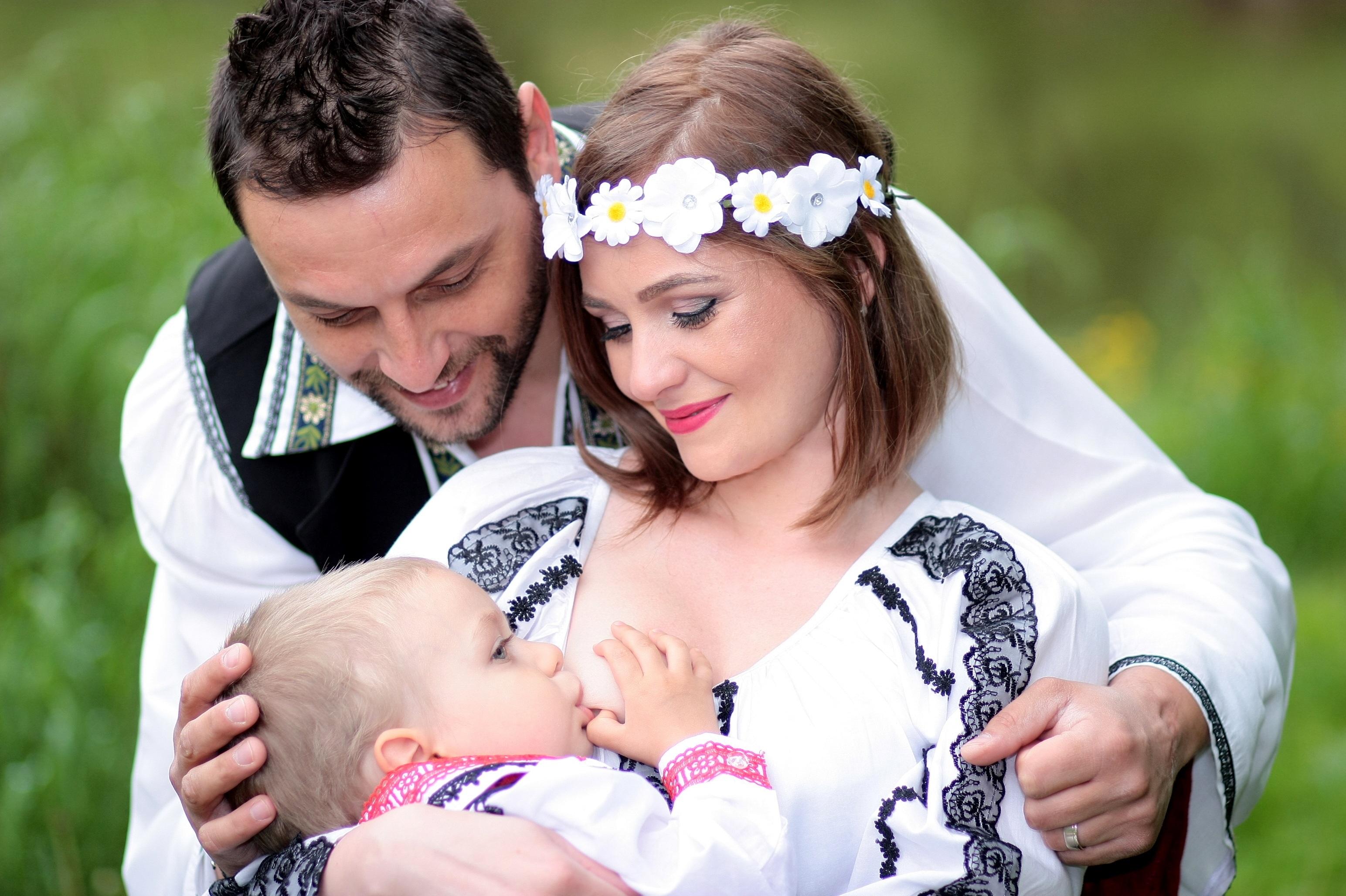 henkilö ihmiset nainen valokuvaus rakkaus morsian halata äiti poika isä  perhe seremonia onnellisuus vuorovaikutus muotikuvaukset imetys 4d81fbb366