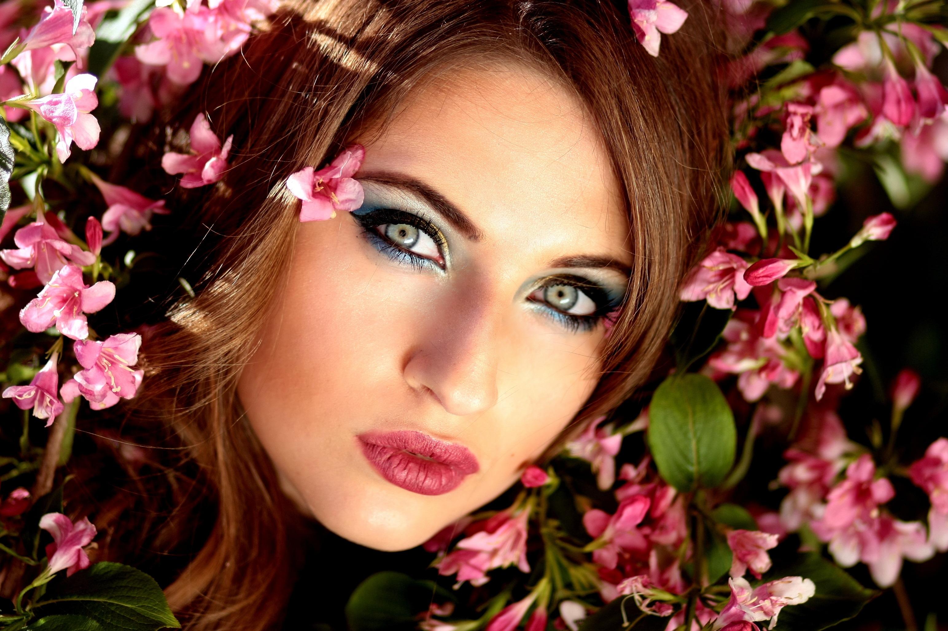 Gambar orang menanam gadis wanita rambut bunga model musim semi mode berwarna merah muda pengantin bibir bunga bunga menghadapi kepala