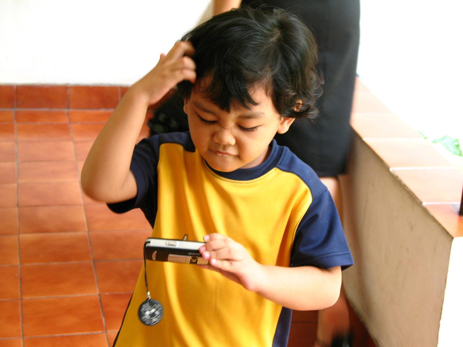 persona jugar chico niño joven juventud niño humano niñito colegial  perplejo aprendizaje perplejo confuso Confusión Posiciones daa0dbce885