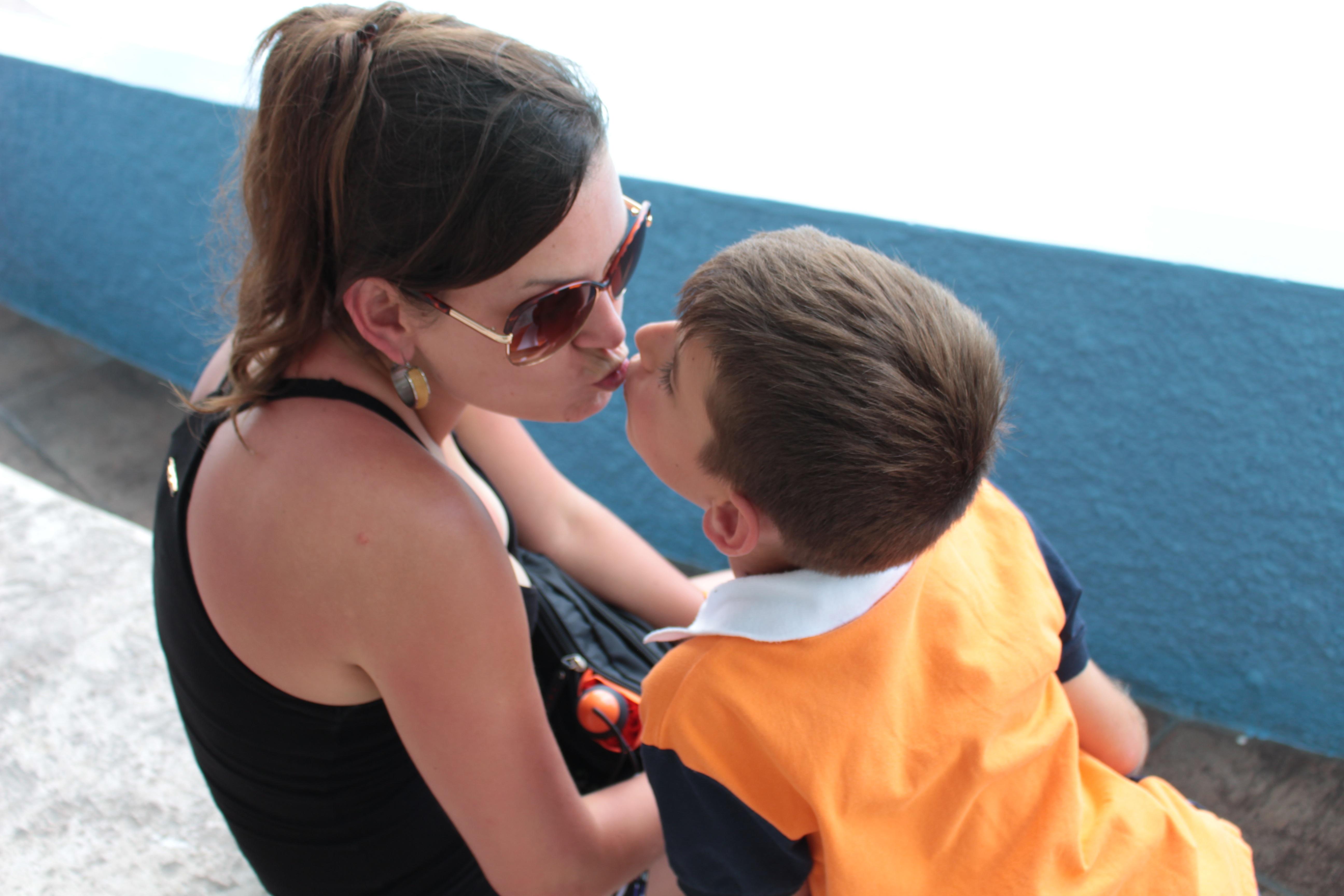 Красивый поцелуй мамы с сыном фото 203-595