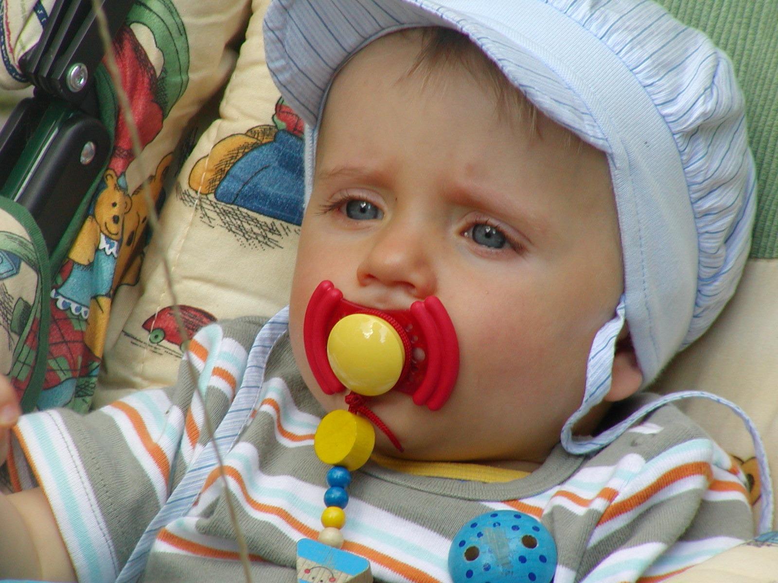 persona jugar niño bebé expresión facial producto nariz infantil niñito  Organo niño pequeño chupete cochecito de 5f89c855a53