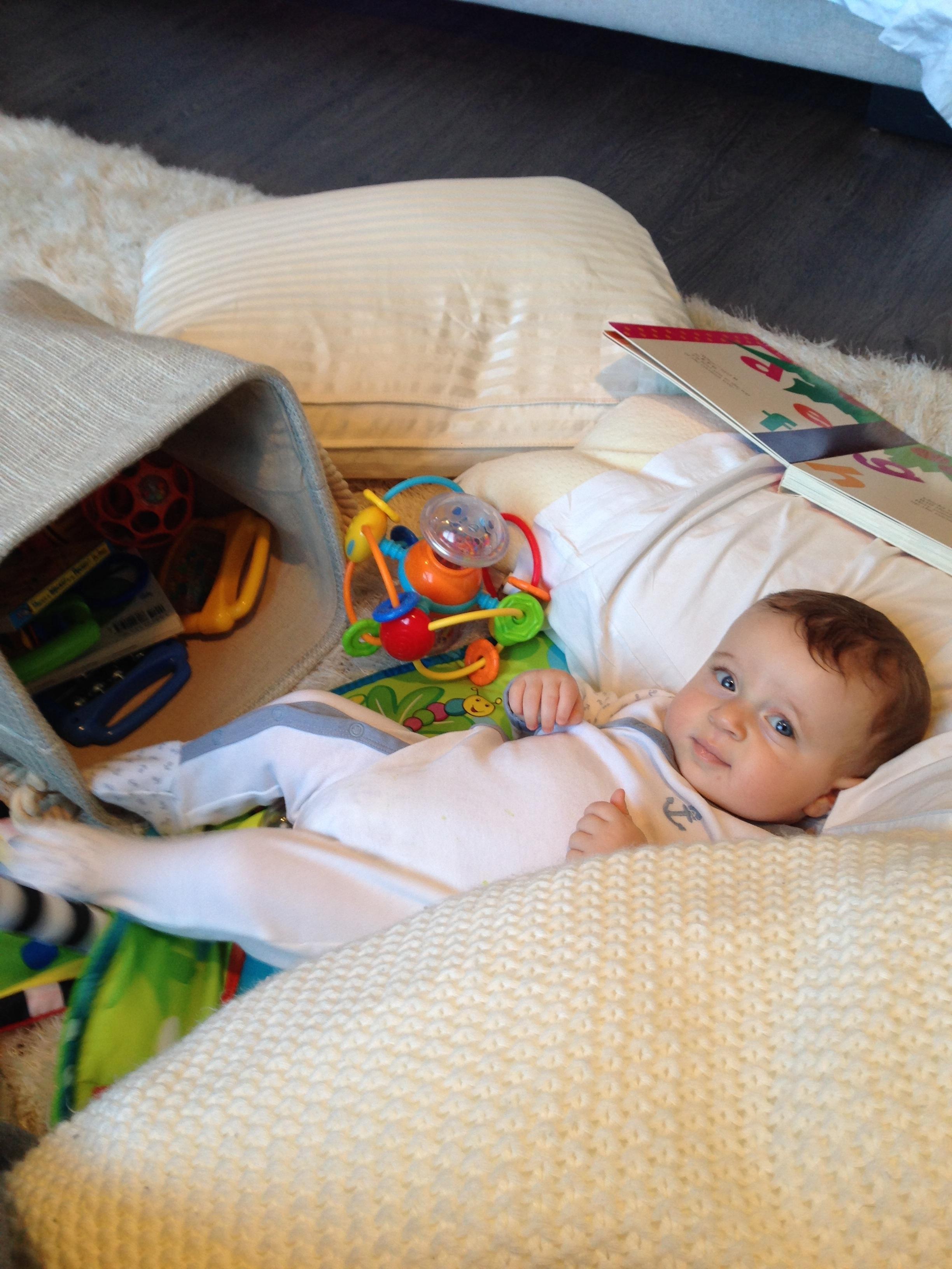 Fotos gratis : persona, jugar, relajarse, niño, mueble, bebé ...