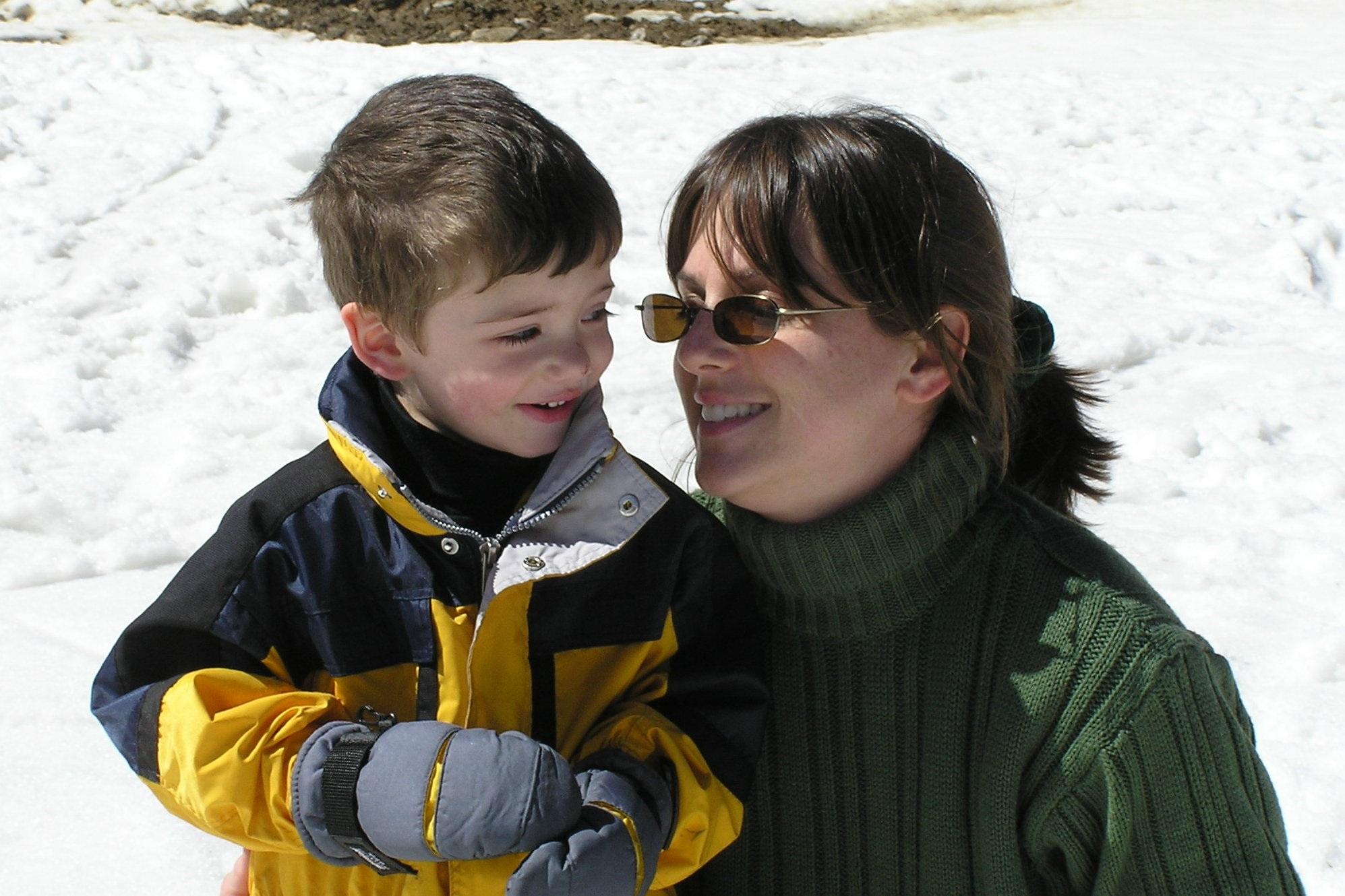 Красивая мама и сын близость